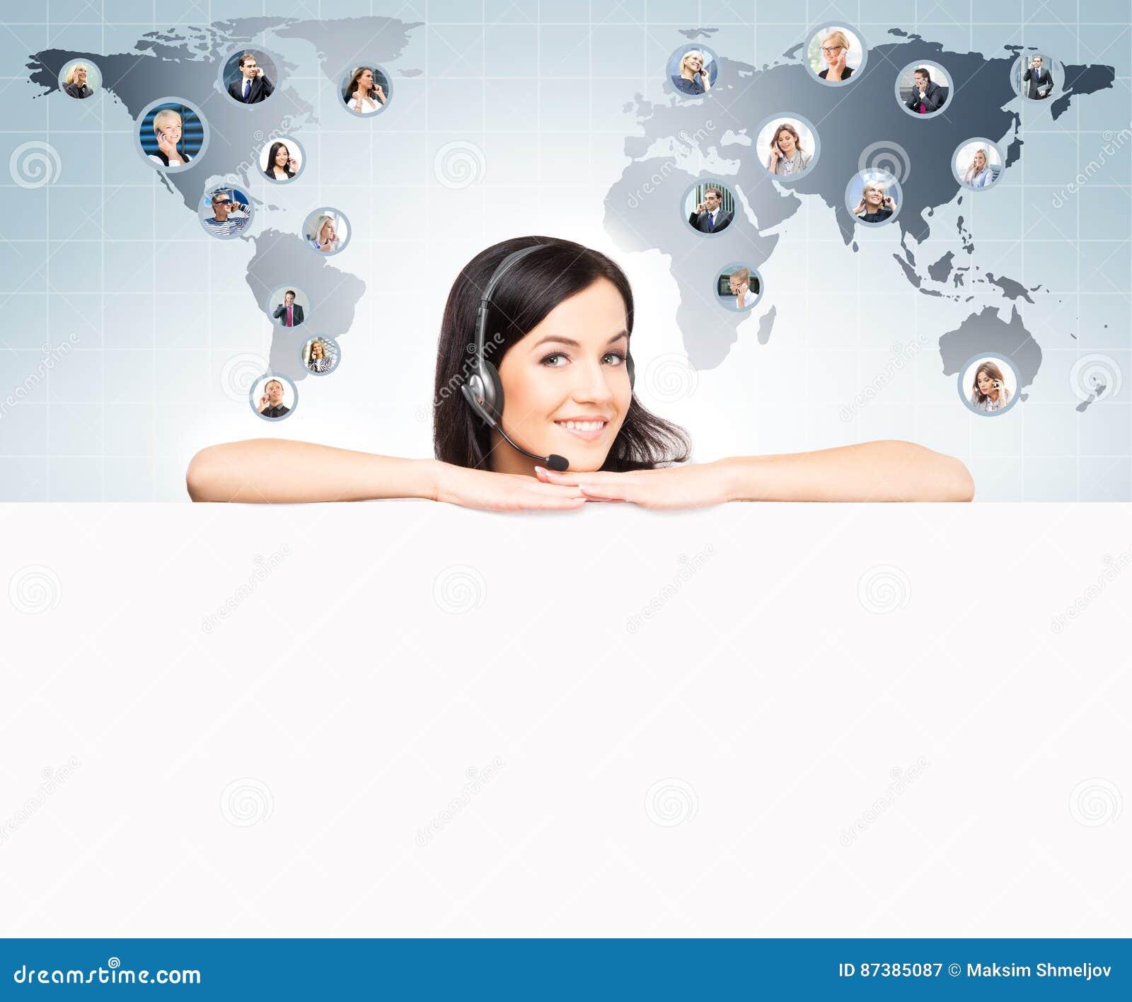 Оператор работы с клиентом работая в офисе центра телефонного обслуживания Globa