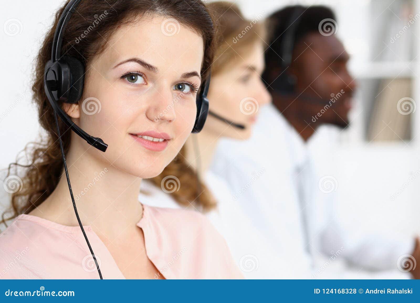 Оператор центра телефонного обслуживания Молодая красивая женщина брюнет в шлемофоне владение домашнего ключа принципиальной схем