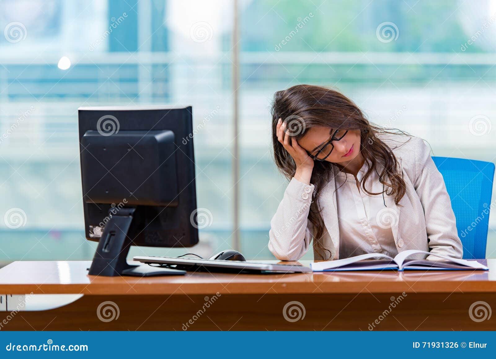 Оператор центра телефонного обслуживания работая в офисе