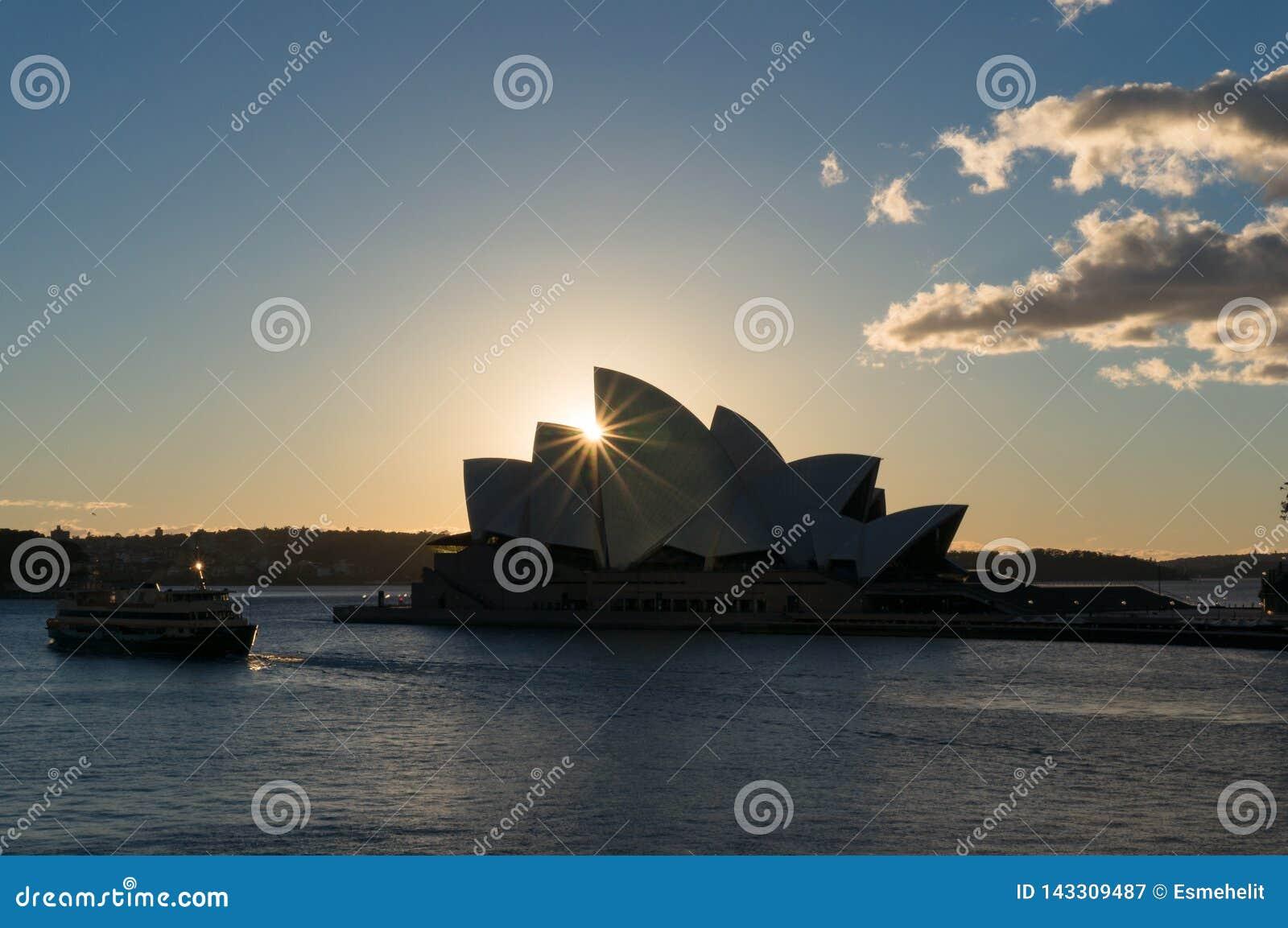 Оперный театр Сиднея на восходе солнца со звездой солнца