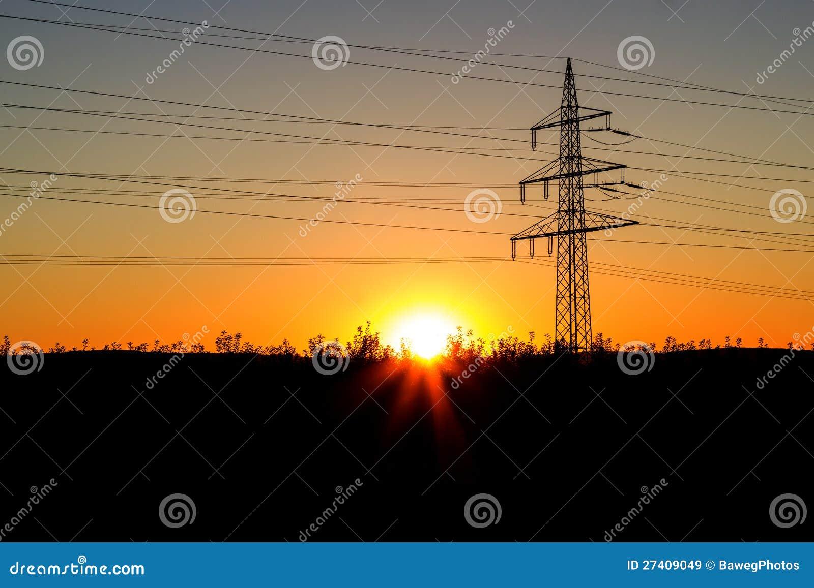 Опора электричества на заходе солнца