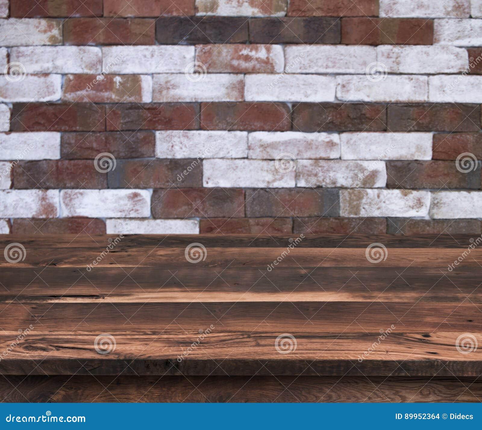 Опорожните деревянную полку с винтажной картиной кирпичной стены как предпосылка