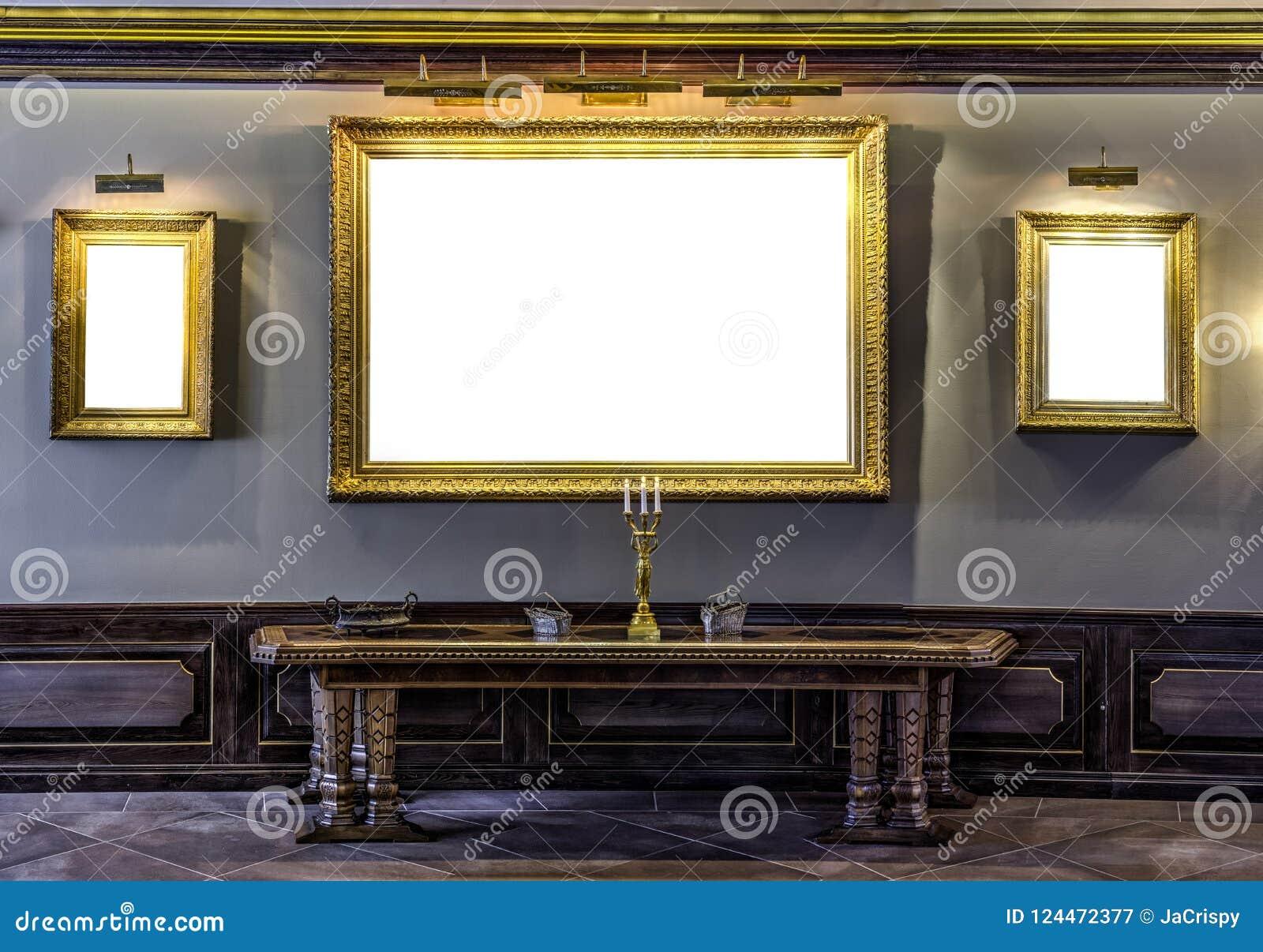 Опорожните золотую рамку на стене в архаическом музее Gal усадьбы