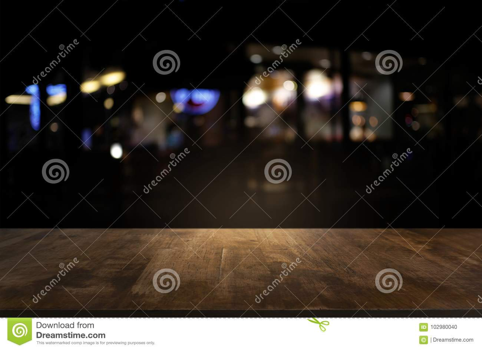 Опорожните темного деревянного стола перед backgrou запачканным конспектом