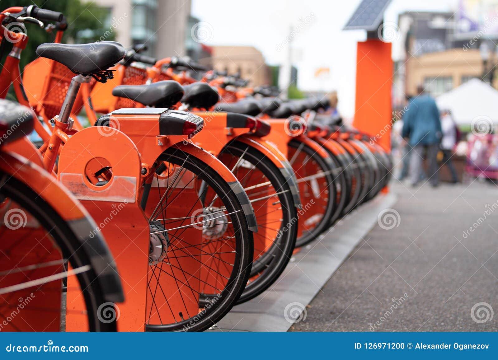 Оранжевая езда деля велосипеды