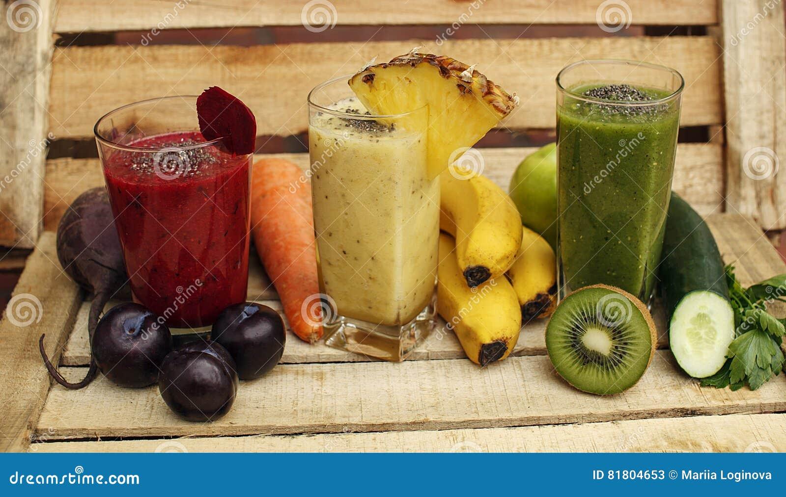 Органический smoothie вытрезвителя с свежими фруктами и овощами