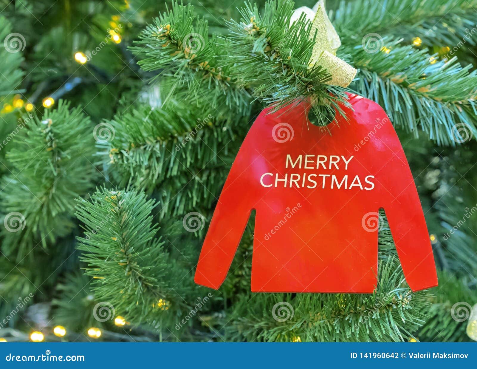 Орнамент на рождественской елке в форме красного прыгуна с рождеством надписи веселым