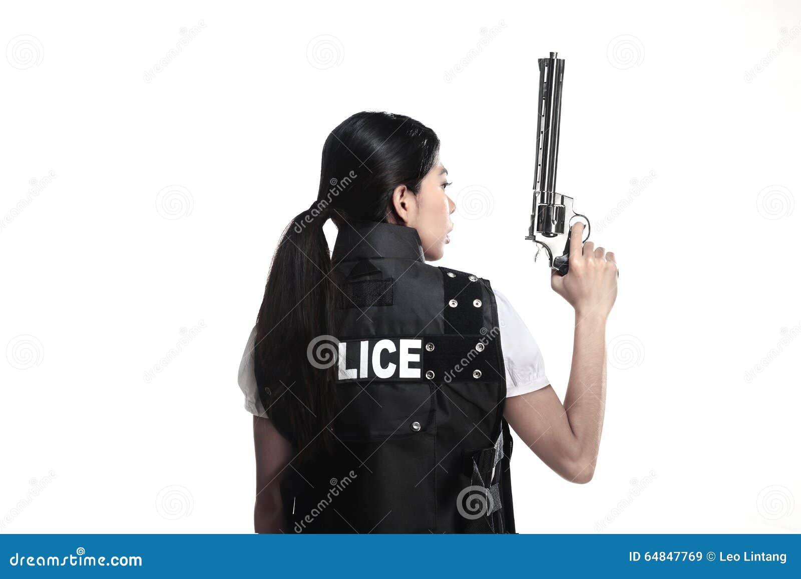 Оружие револьвера владением женщины полиции