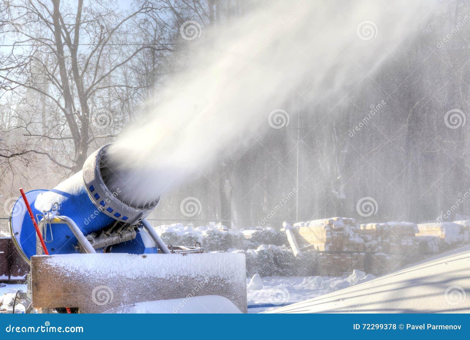 Download Оружие снега изготовляет искусственный снег Стоковое Фото - изображение насчитывающей сугроб, технология: 72299378