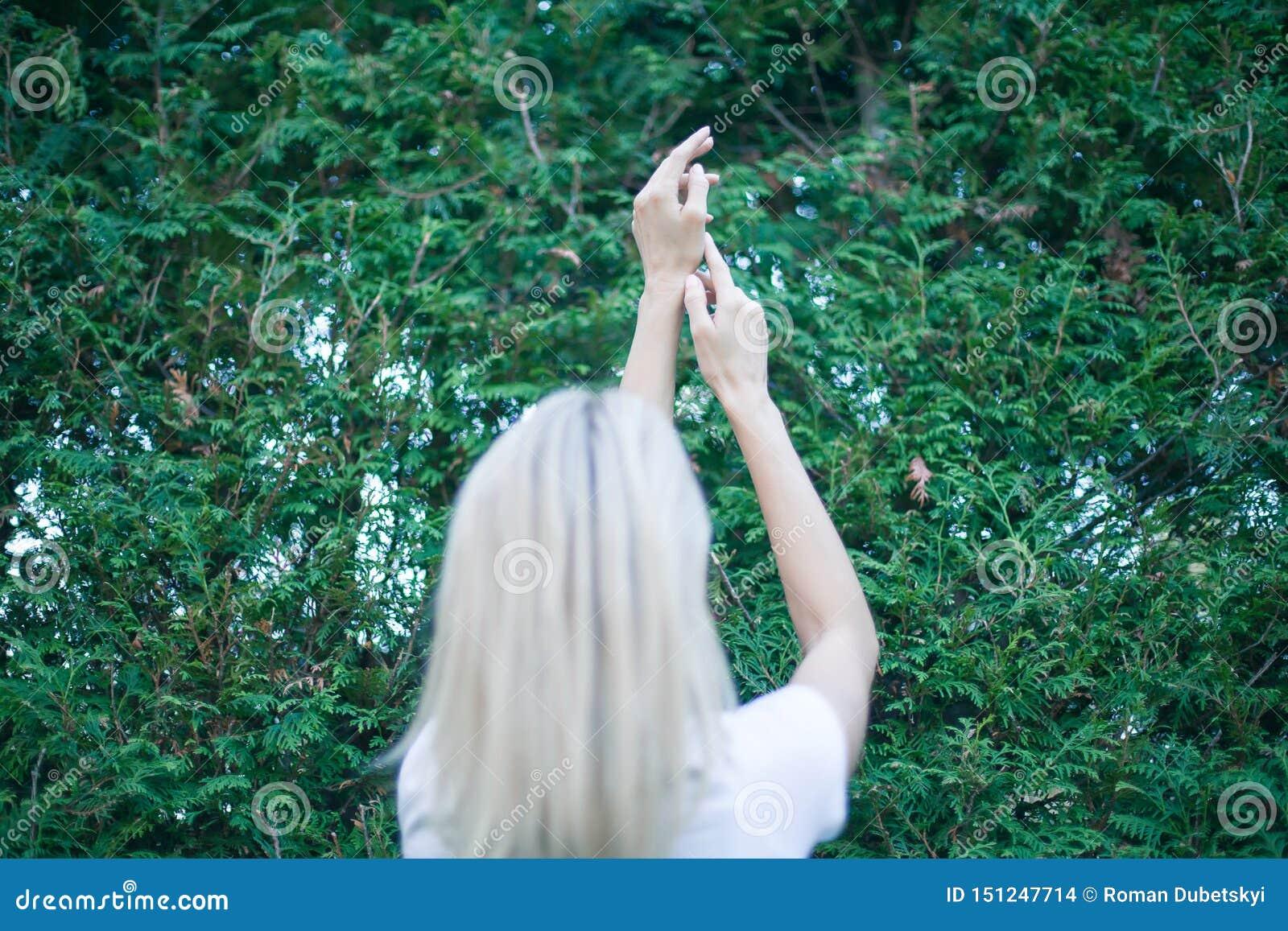 Оружия молодой женщины поднятые до неба, празднуя свободу Положительные человеческие эмоции чувствуя успех восприятия жизни, душе