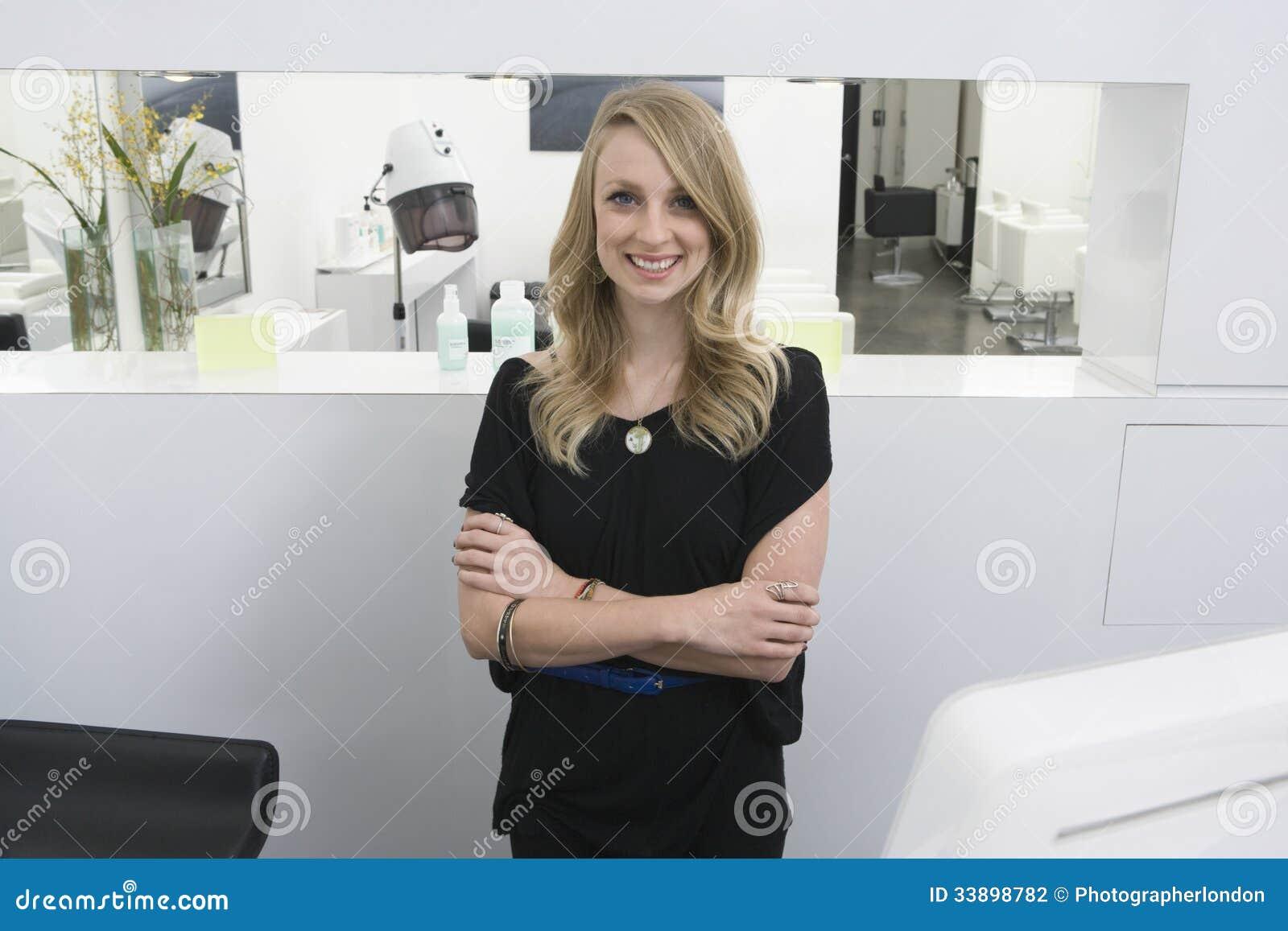 Оружия парикмахера стоящие пересеченные на прием в салоне