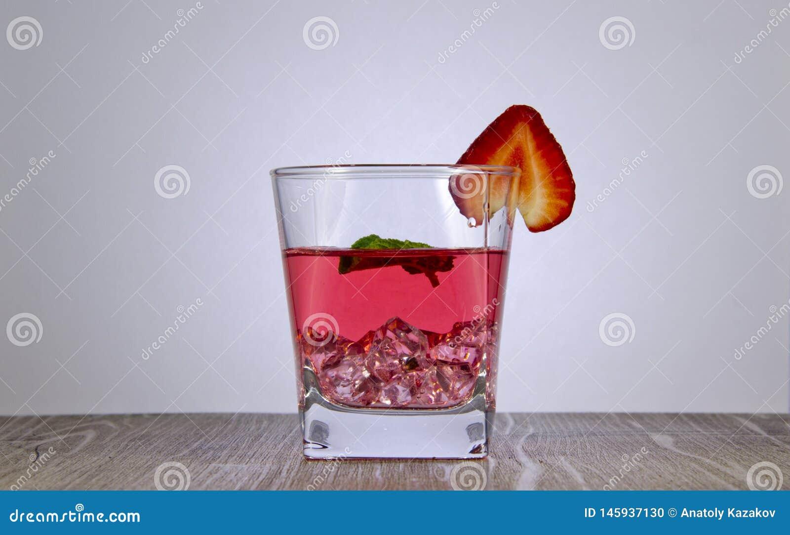 Освежающий напиток сока клубники с лист мяты