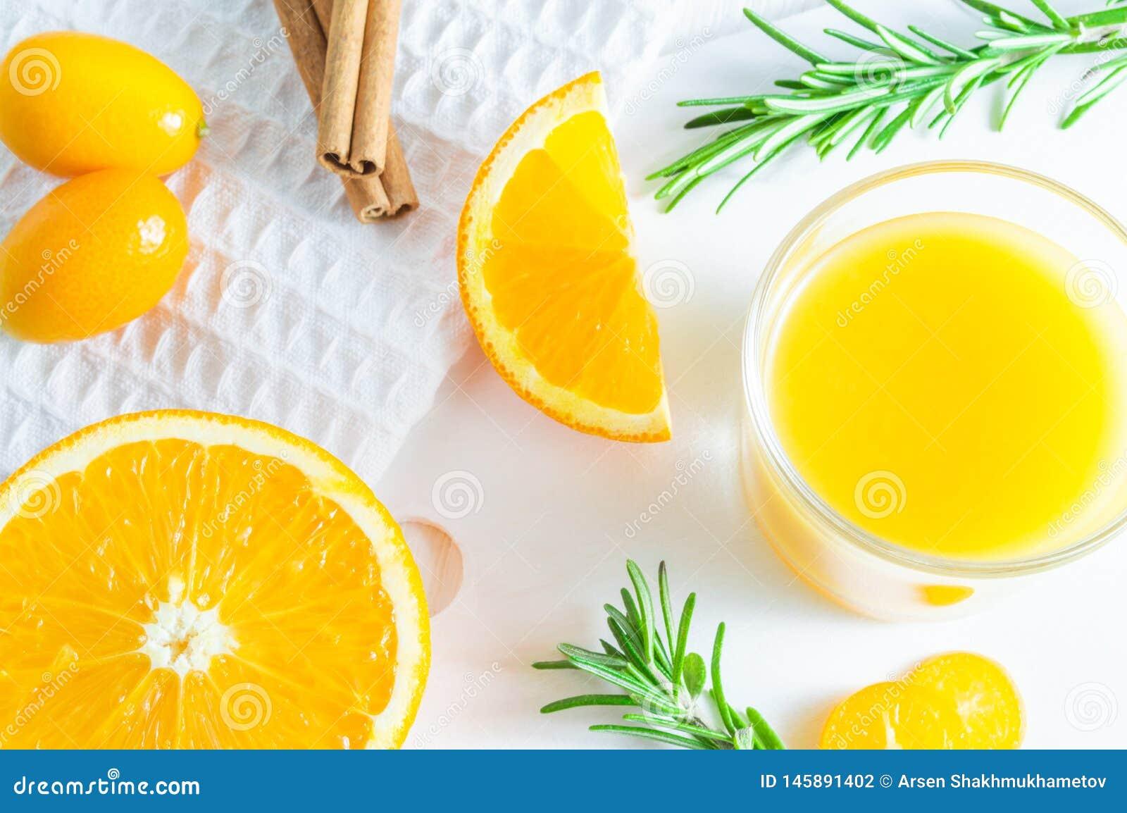 Освежая напиток цитруса лета с апельсином, кумкватом и розмариновым маслом Белая предпосылка, плоск-положение, взгляд сверху