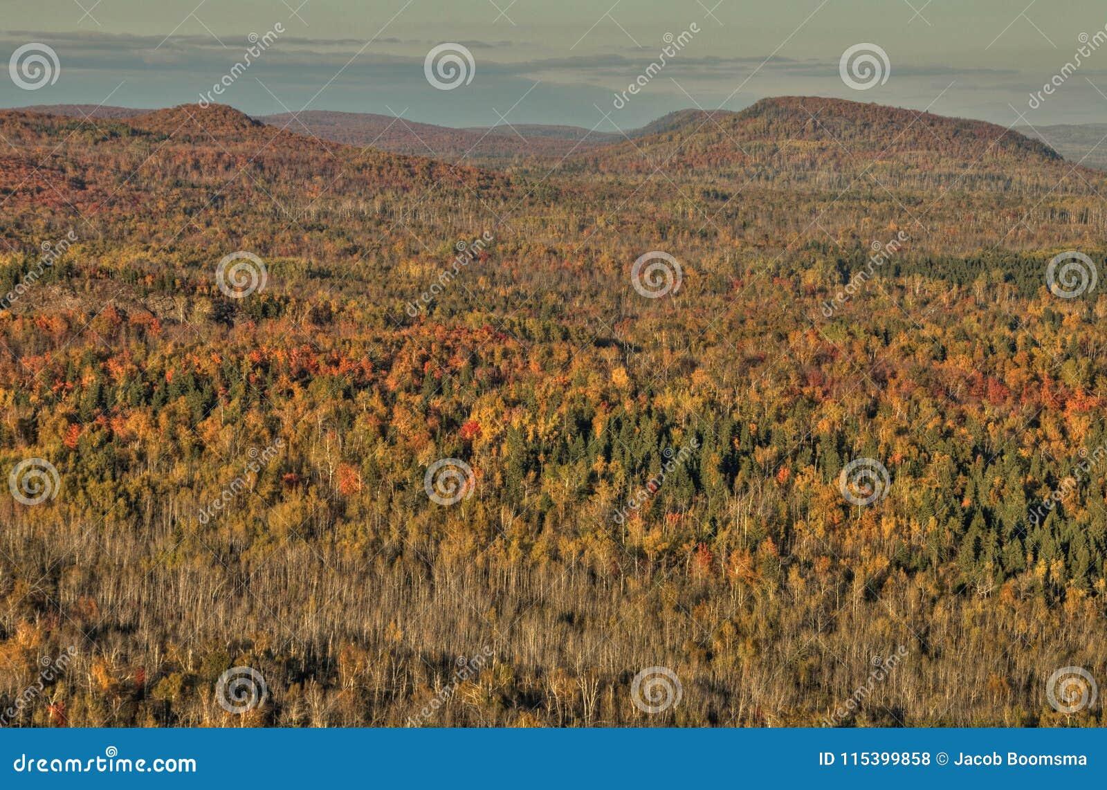 Осень на пике Carlton гор Sawtooth в северной Минесоте на северном береге Lake Superior