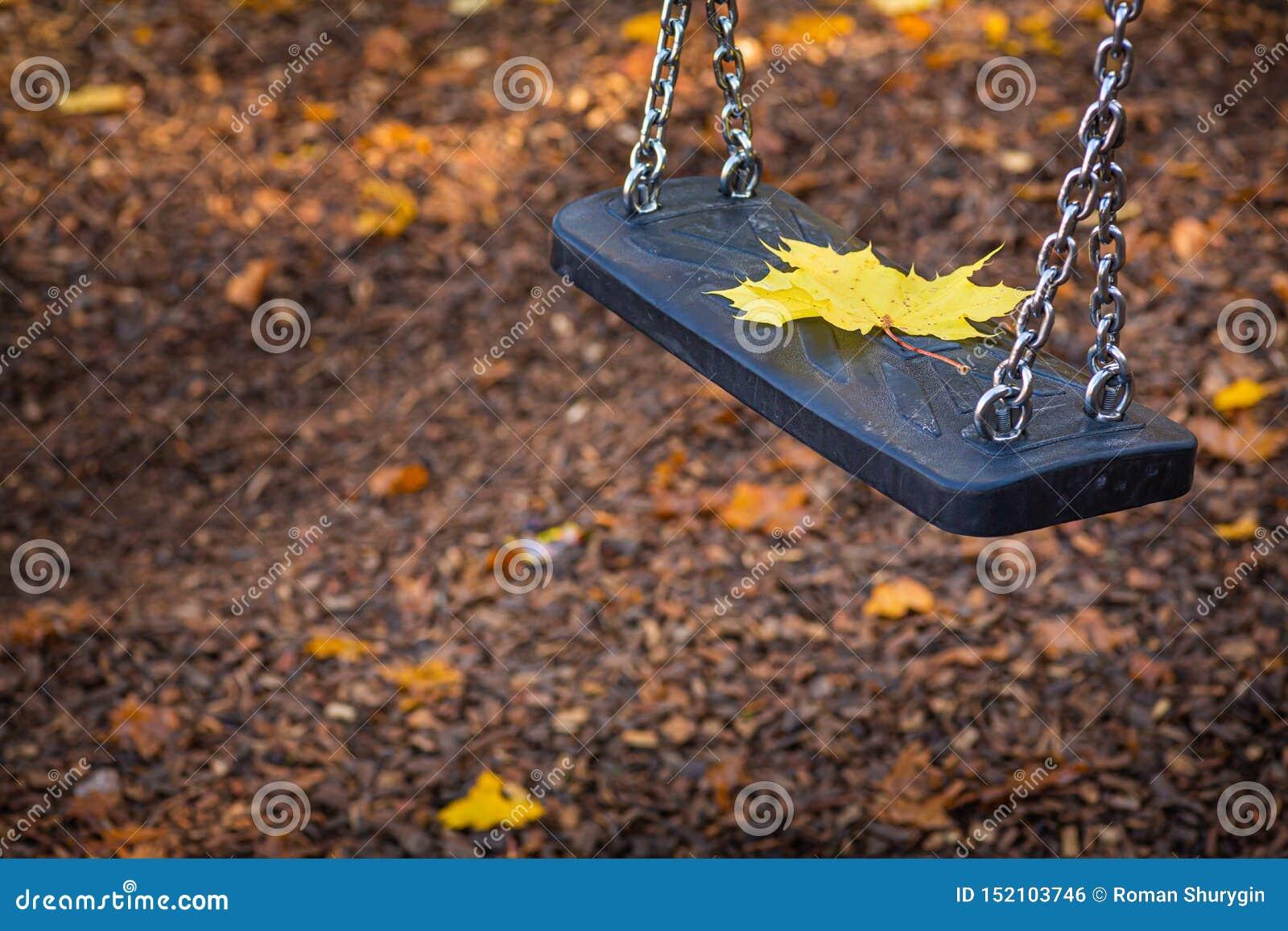 Осень, уединенные лист отдыхают на качании