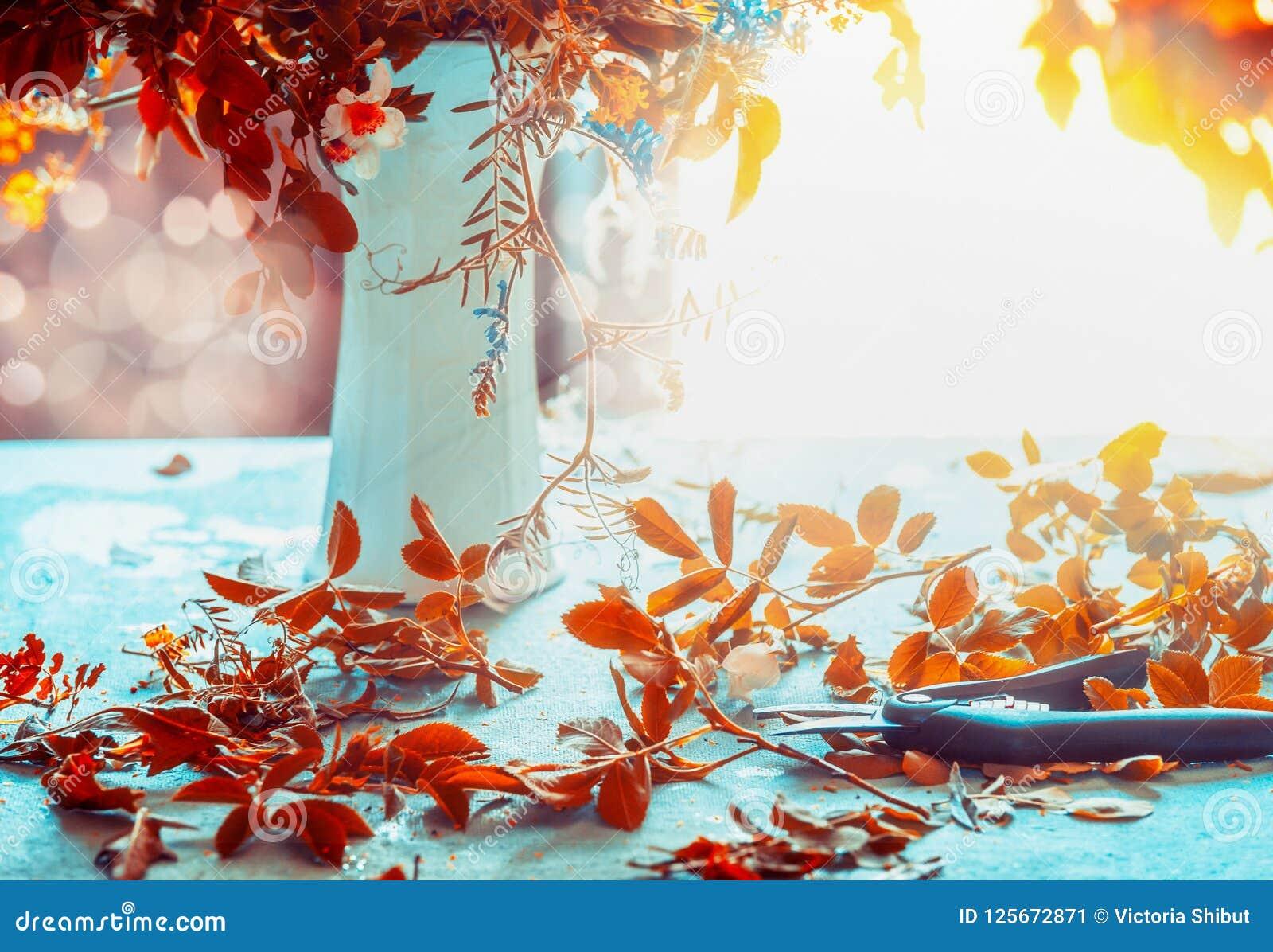 Осень цветет пук и ваза на голубой таблице с солнечностью Уютное домашнее внутреннее художественное оформление жизнь падения все