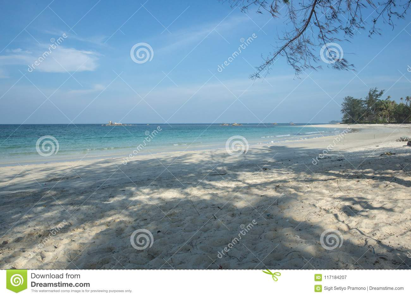 Ослабьте и утихомирите на пляже Trikora, Bintan Остров-Индонезии