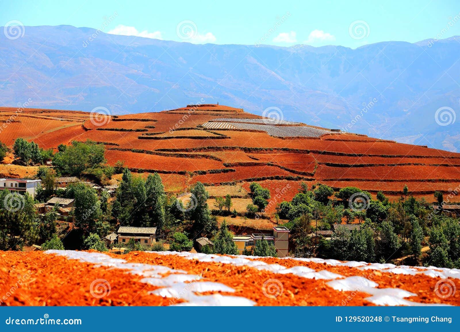 Ослеплять Dongchuan красная живописная местность почвы