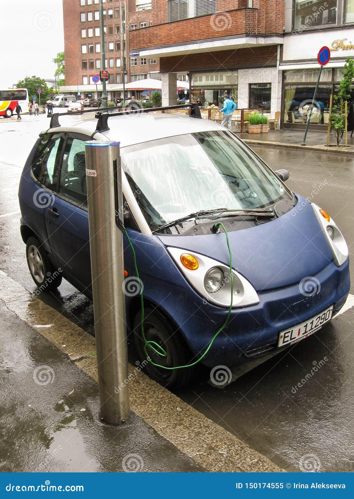 Осло, Норвегия -06 24 2012: голубой поручать электрического автомобиля