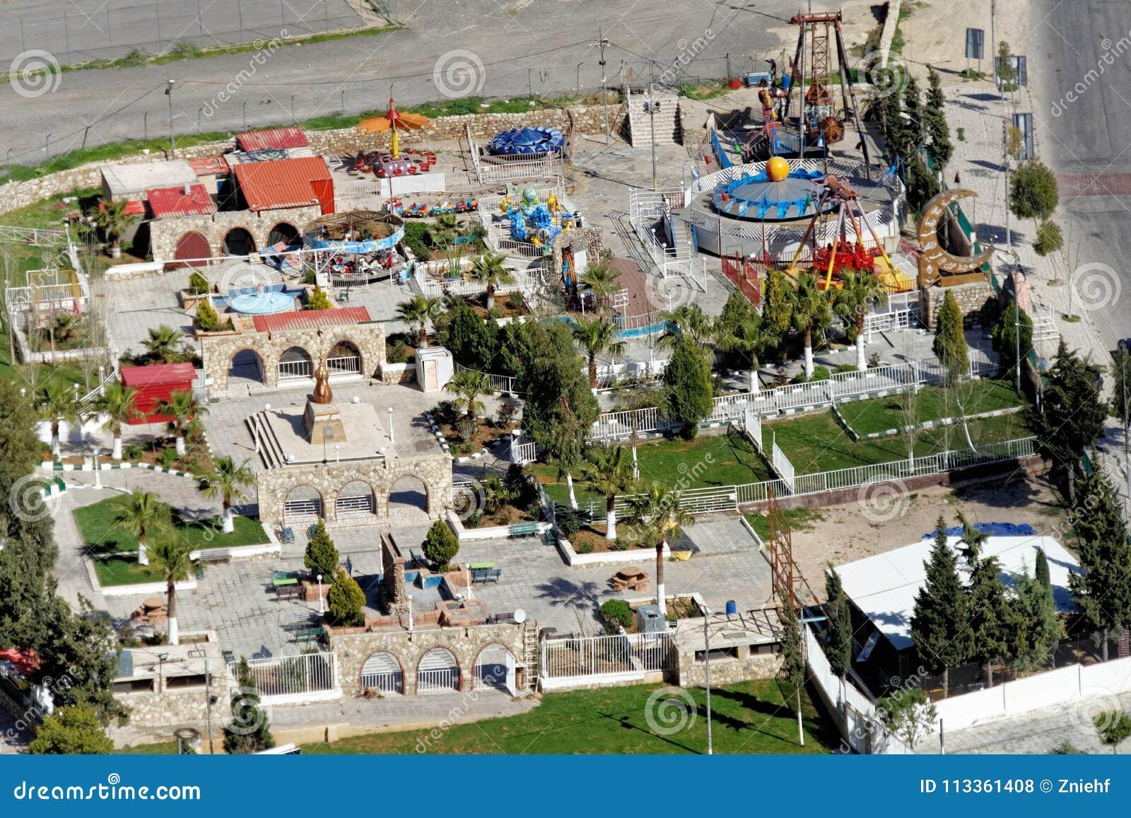 Осмотрите сверху малого парка атракционов с оборудованием игры для детей на краю Karak, Джордана
