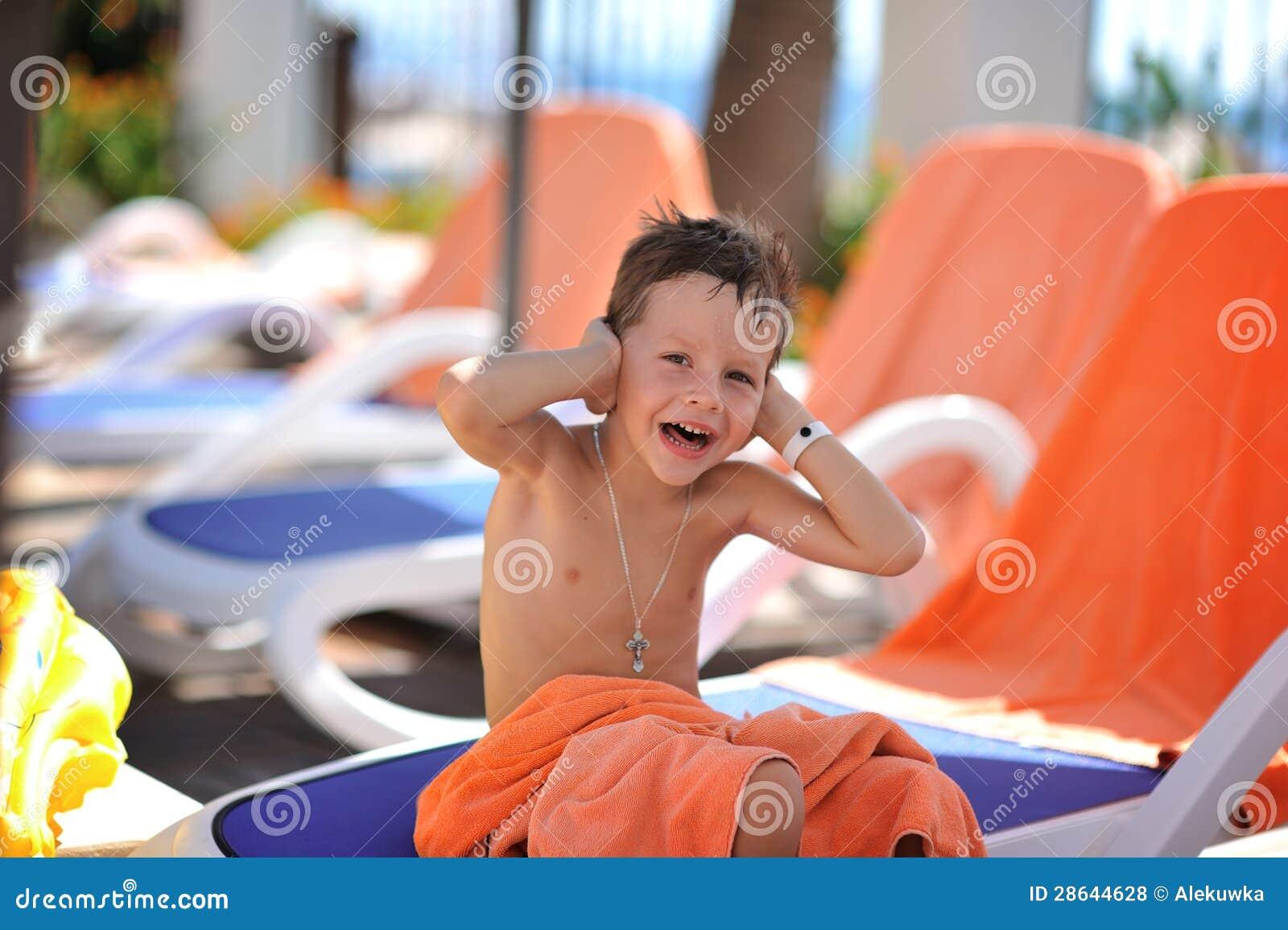 С мальчиком у бассейна 10 фотография