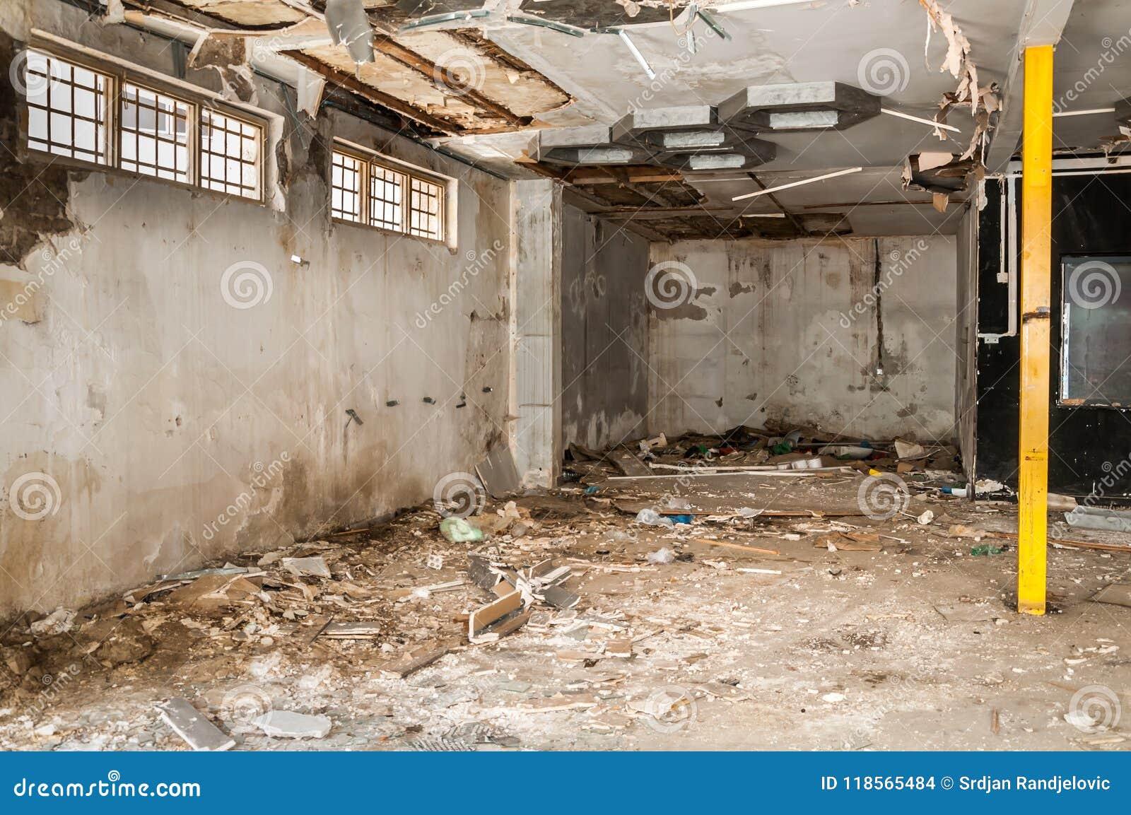 Остатки покинутый поврежденный и разрушенный интерьер дома артобстрелом гранаты с обрушенными крышей и стеной в selecti военной з