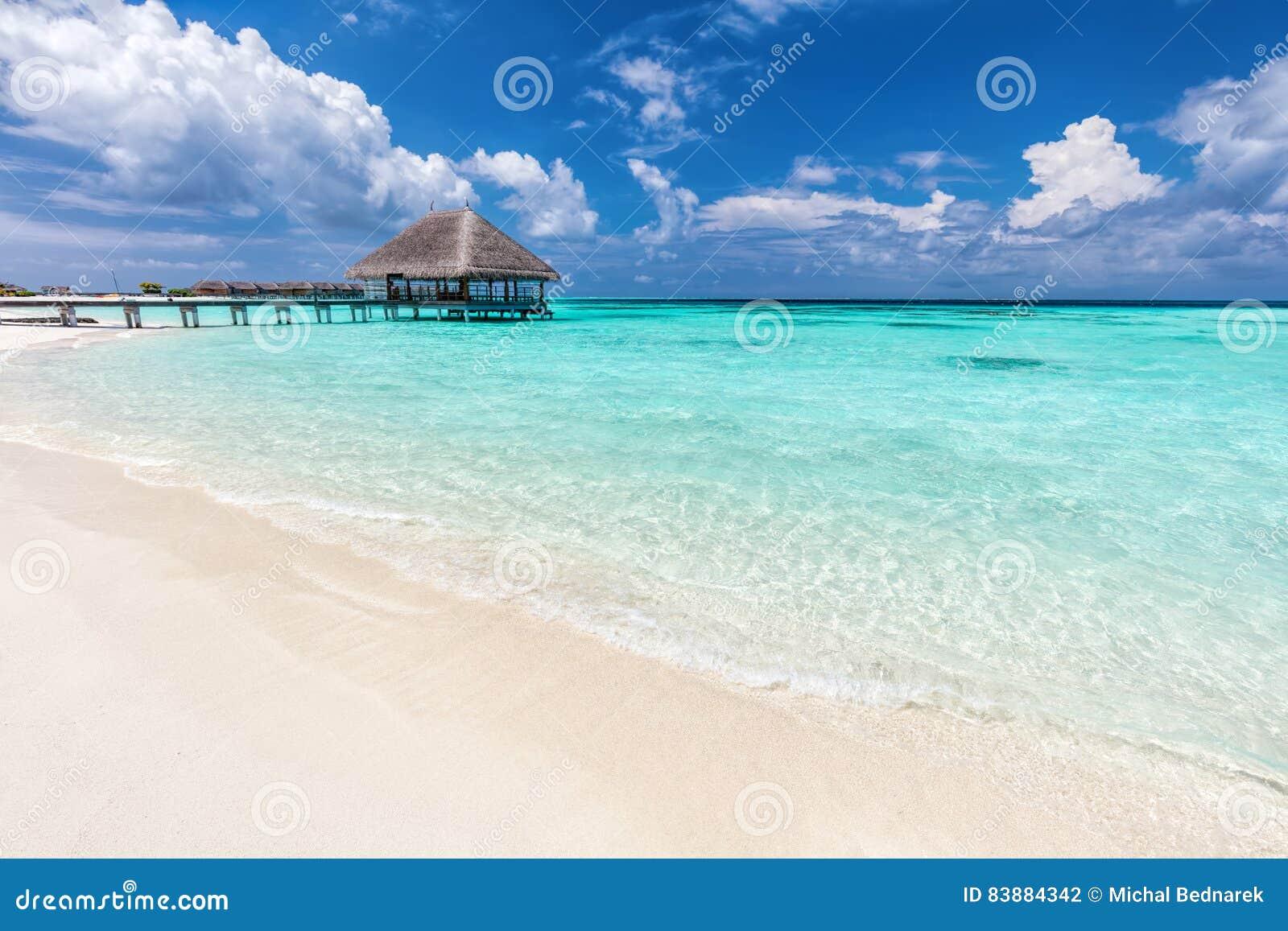 острова Мальдивы Деревянная мола с ложей релаксации воды