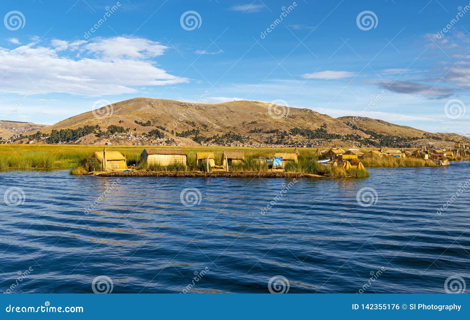 Острова Uros плавая в озере Titicaca, Перу