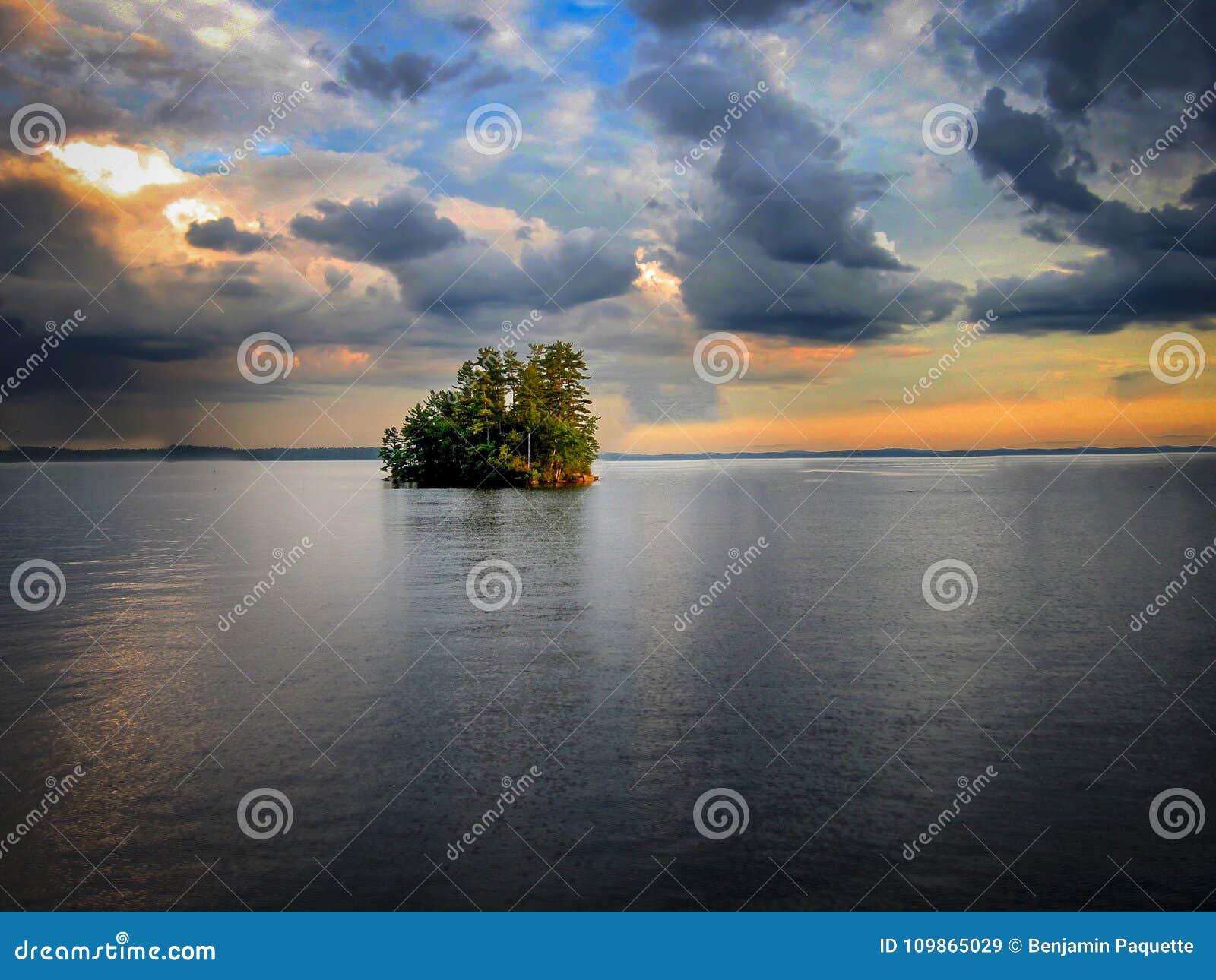 Остров в середине озера Sebago в Мейне