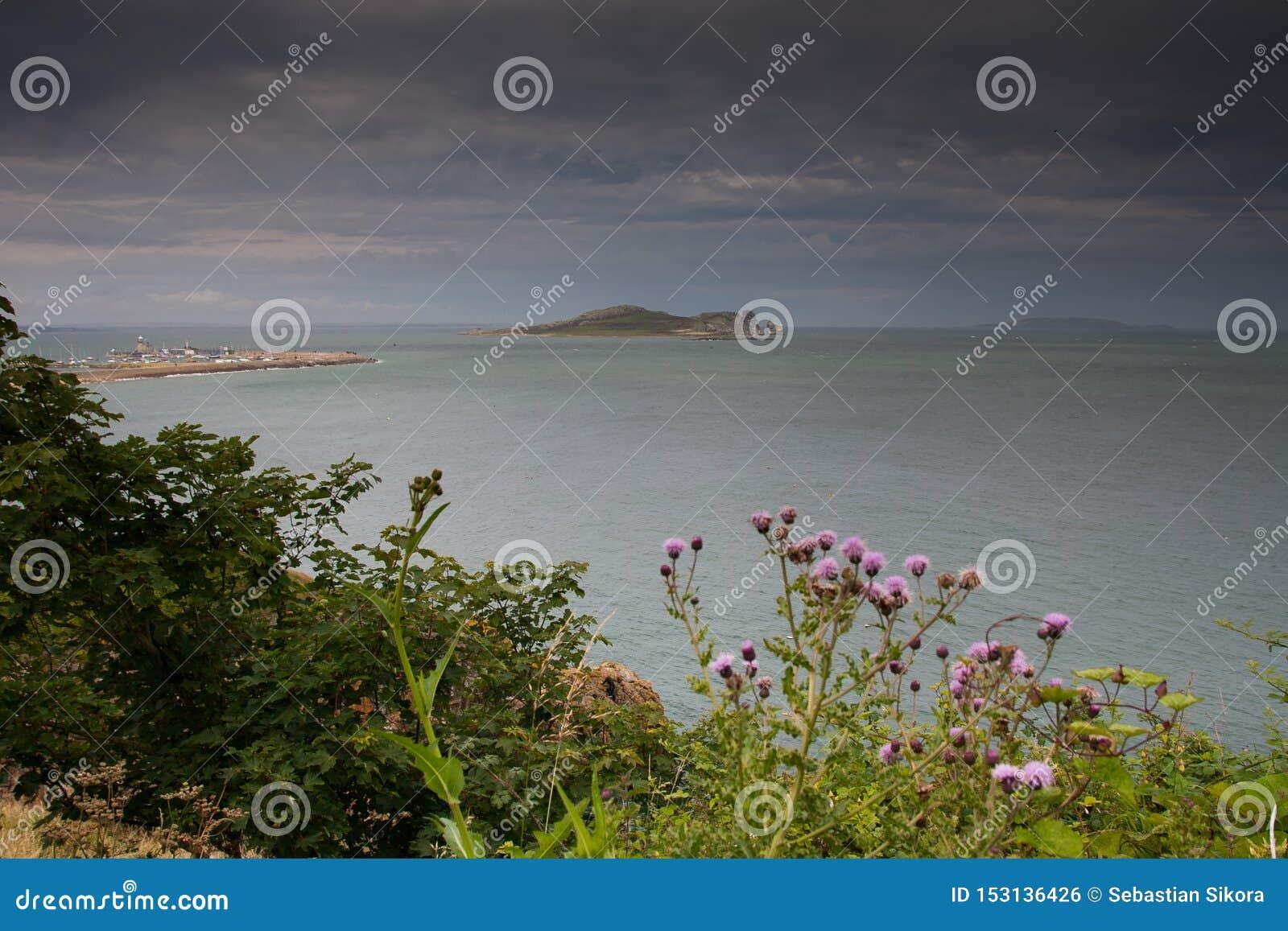 Остров глаза Ирландии принятый от Howth, Дублина, Ирландии
