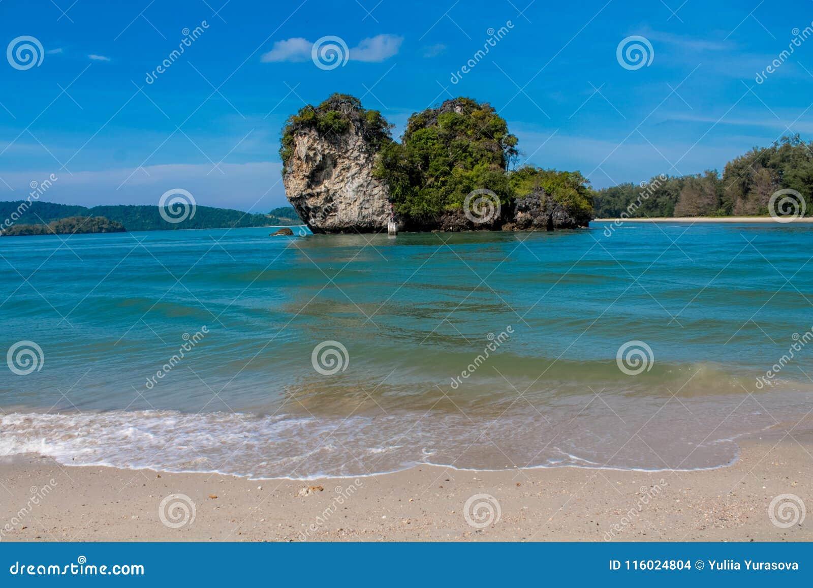 Остров горы известняка в Krabi, Таиланде