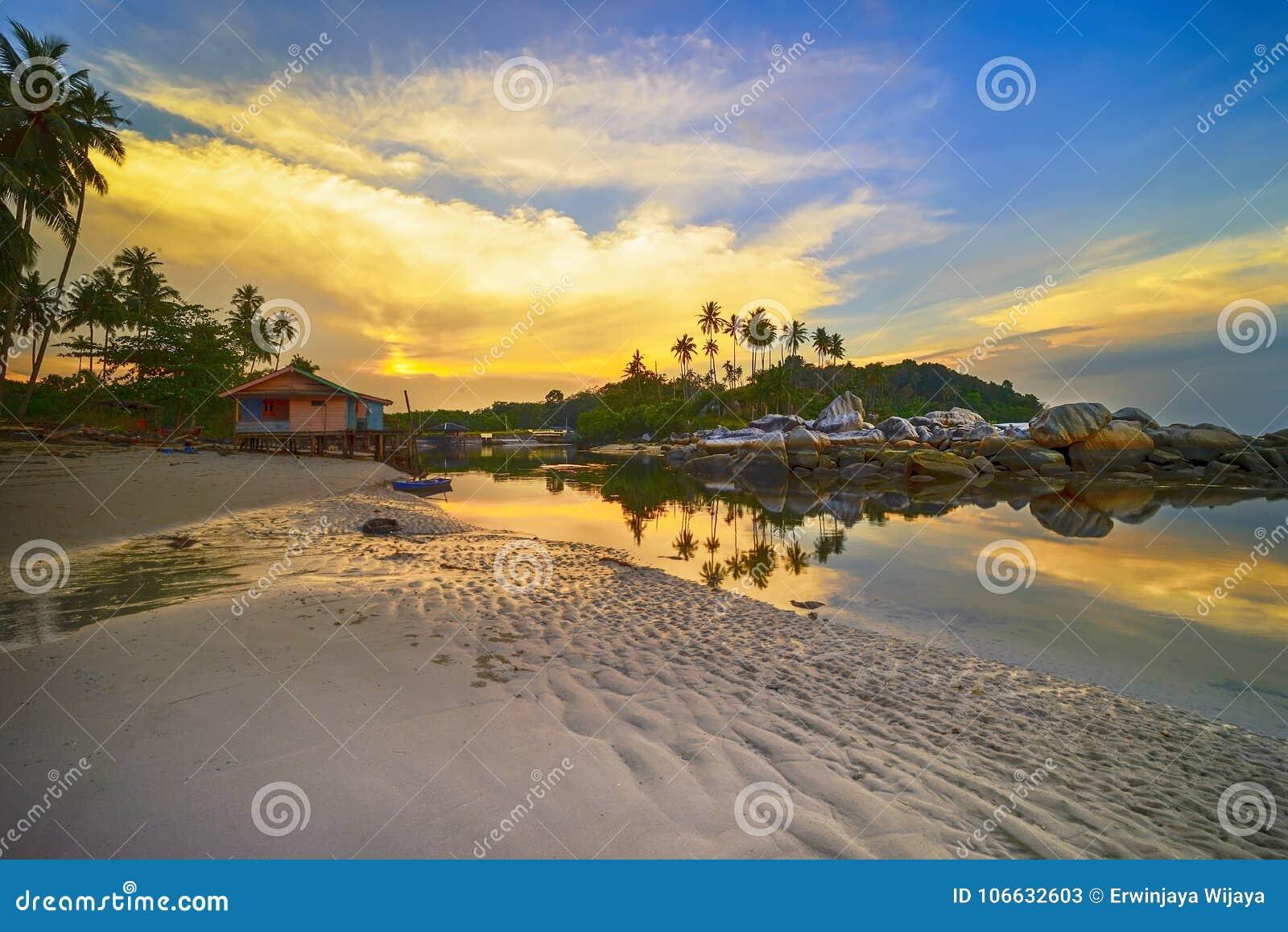 Остров Индонезия Bintan пляжа Pengudang захода солнца