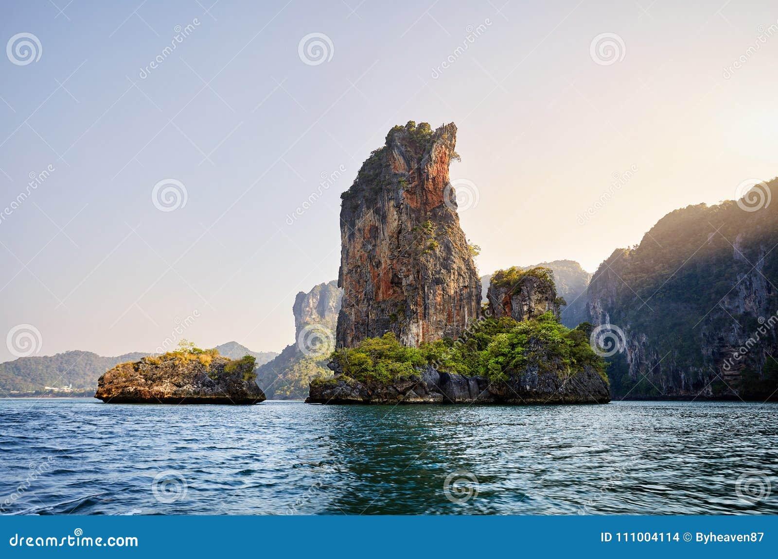 Остров и утес в Таиланде