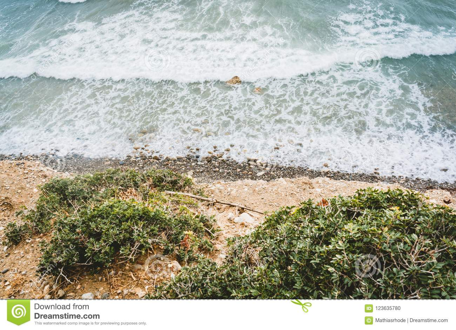 Остров Крит в Греции, виде с воздуха к морю и пляжу Взгляд сверху Цвет воды и красиво яркий baa