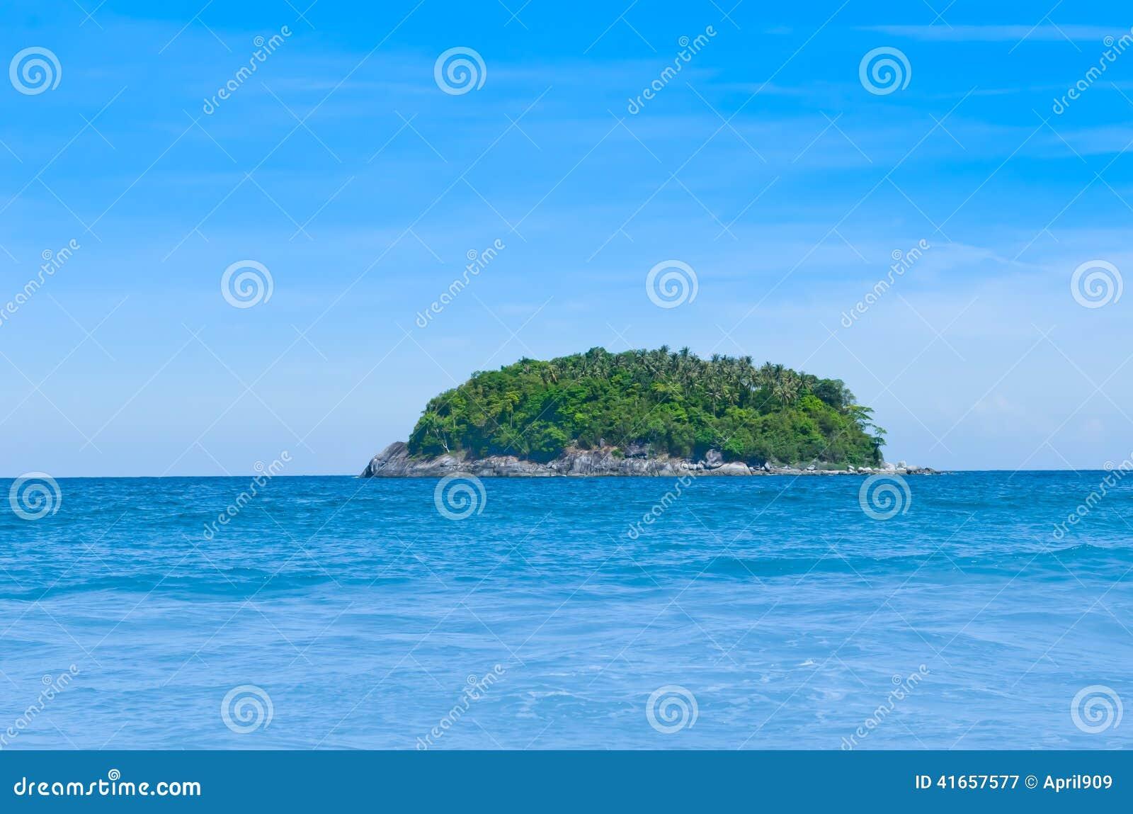 Остров самостоятельно с голубым небом