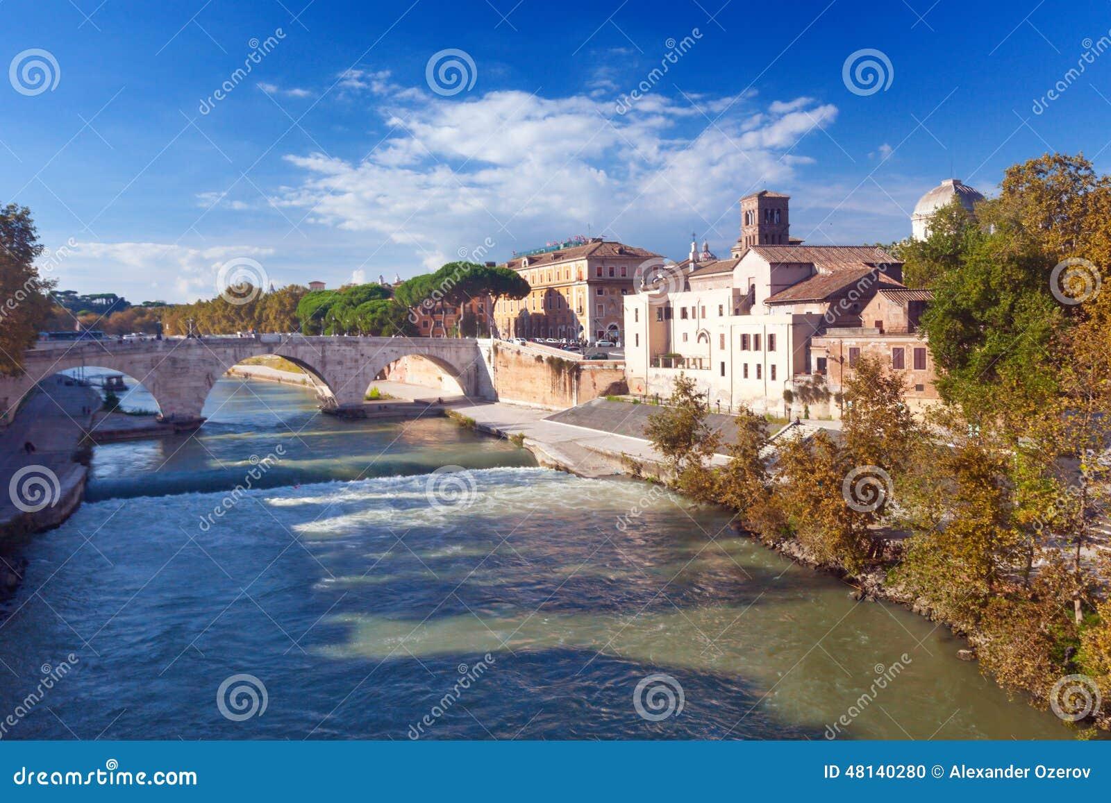 Остров Тибра и мост Cestius варолиева моста в Риме