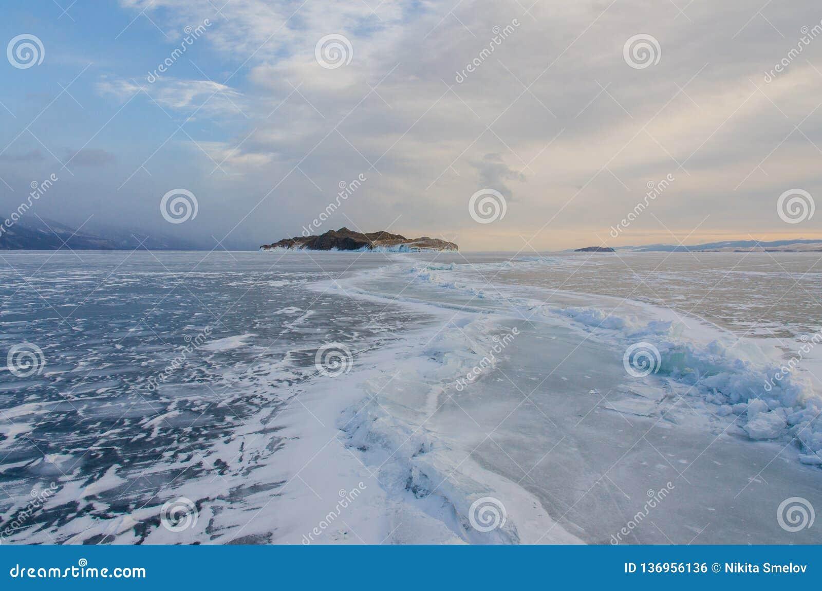 Остров icebound Lake Baikal
