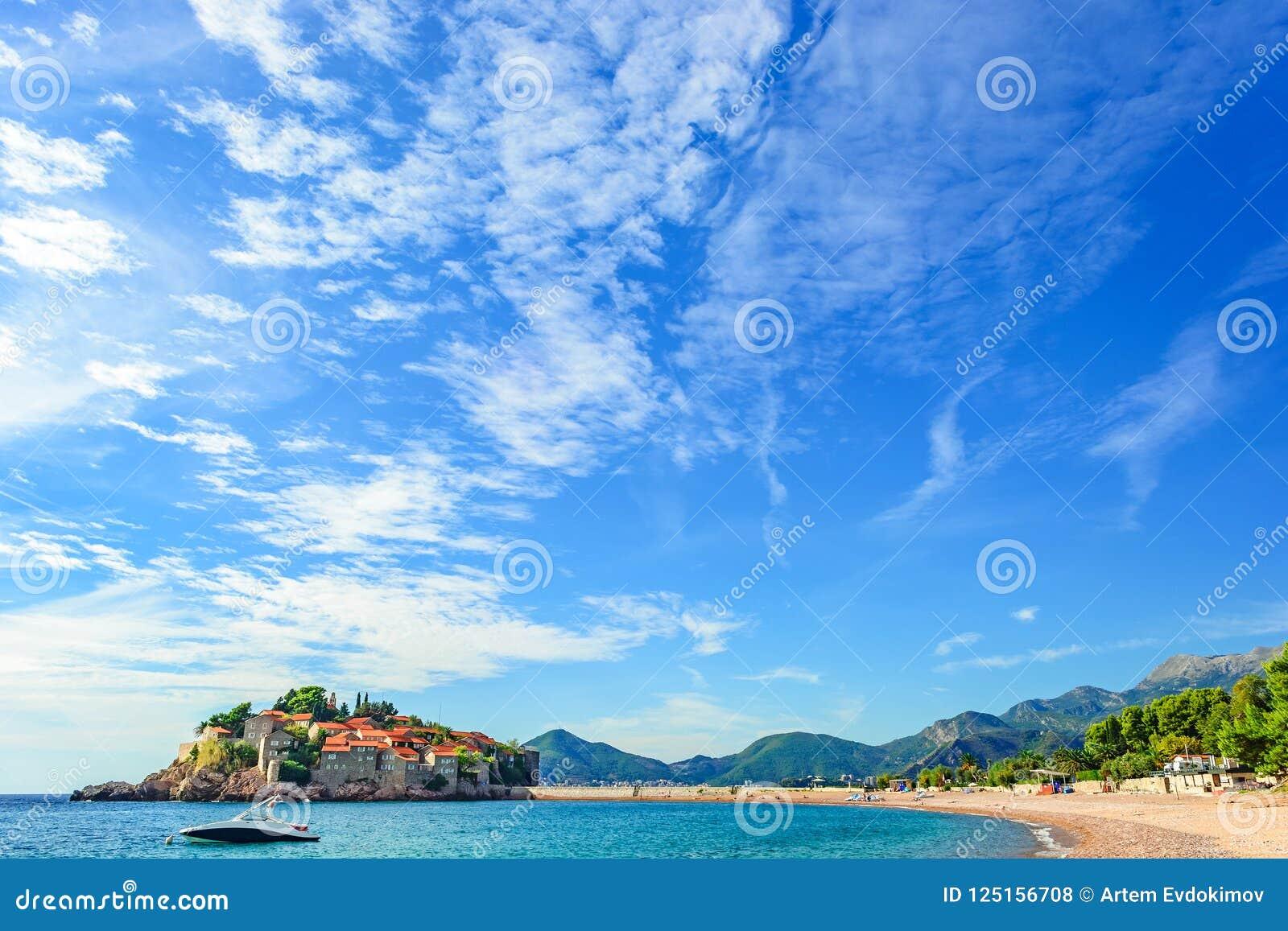 Остров Sveti Stefan в Budva с пляжем в красивом летнем дне, Черногорией