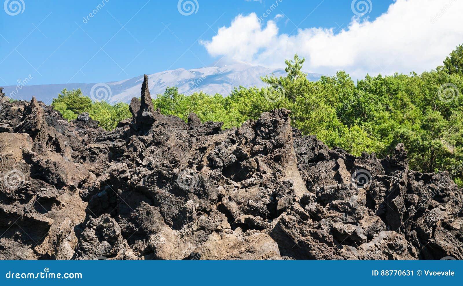 Острые камни лавы после извержения Этна вулкана
