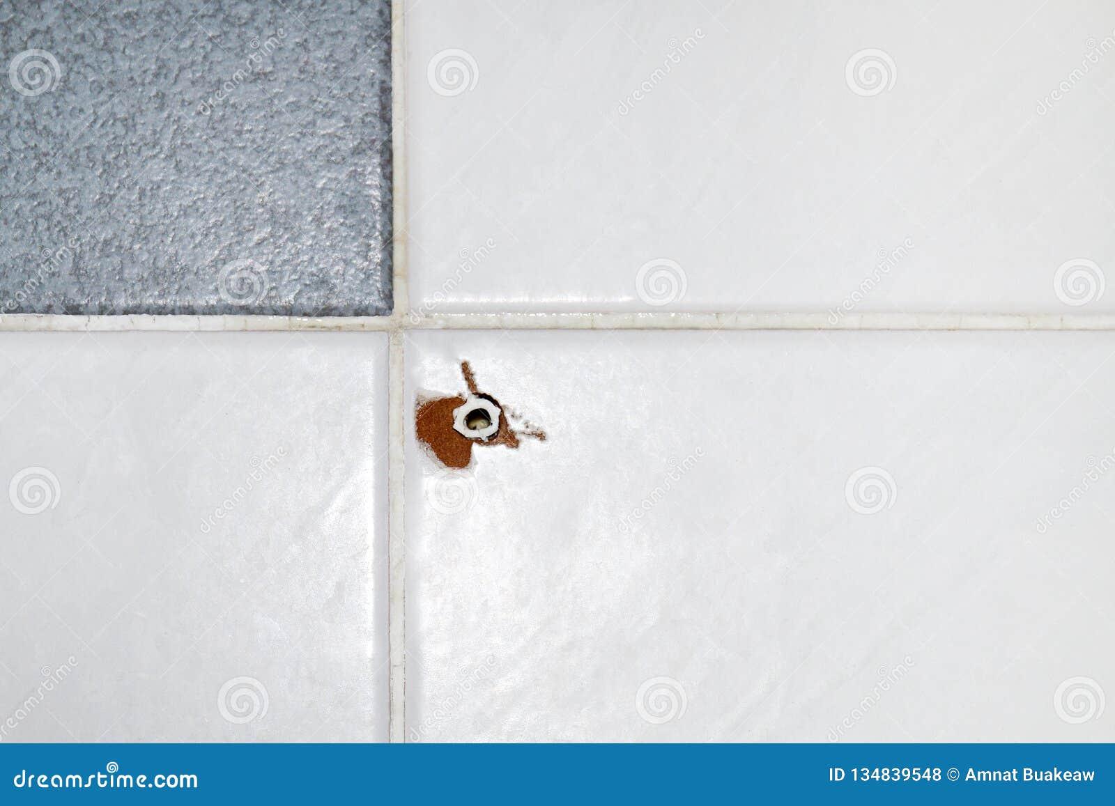 Отверстие болта расширения старое на стене плитки, старых пластиковых анкерах для винтов шпонок, винтов отверстия анкерного болта