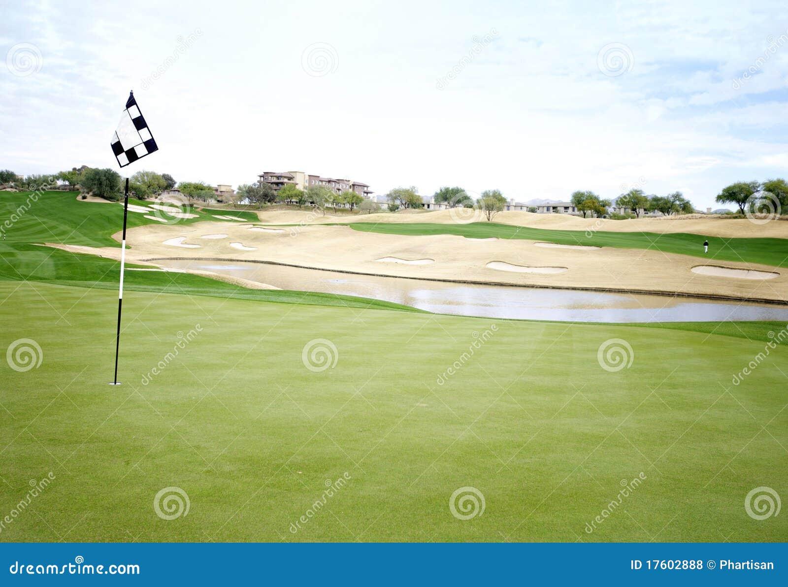 отверстие зеленого цвета гольфа 18 курсов