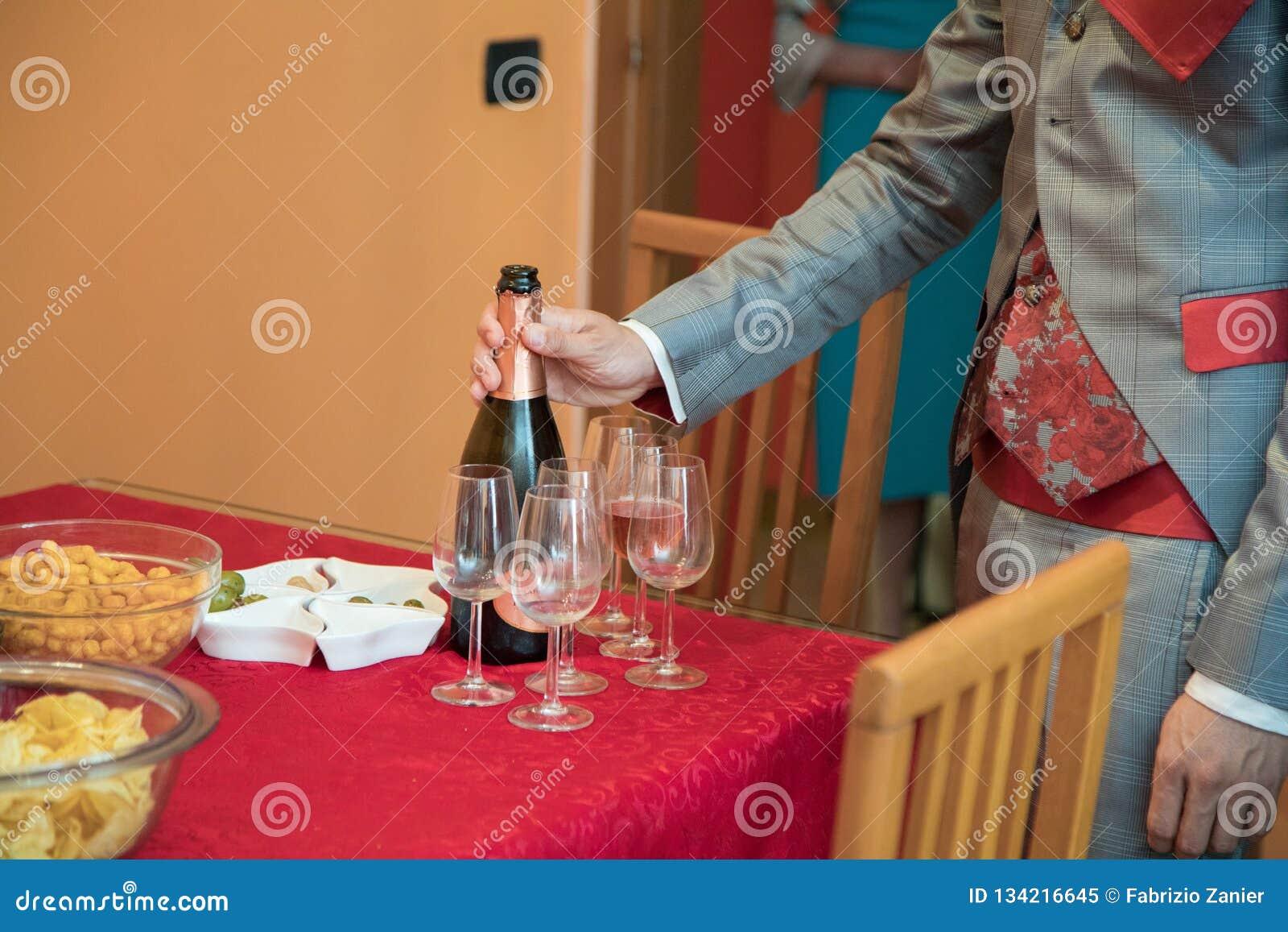отверстие человека шампанского бутылки