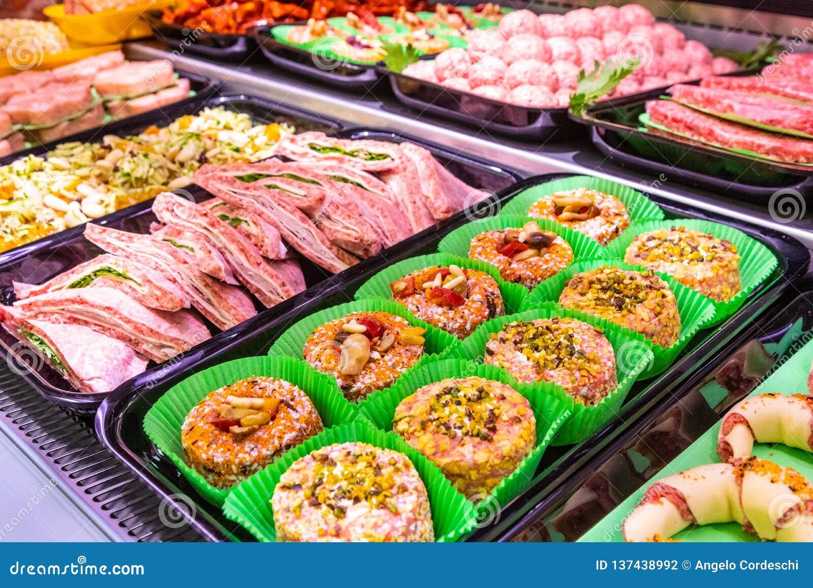 Отдел мяса, витрина с разнообразием мяса в различных отрезках