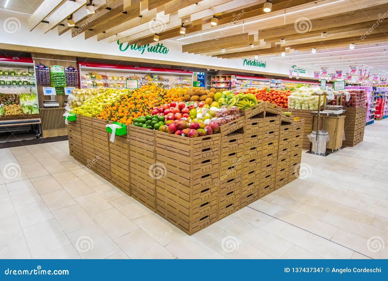 Отдел фрукта и овоща с многочисленными разнообразиями