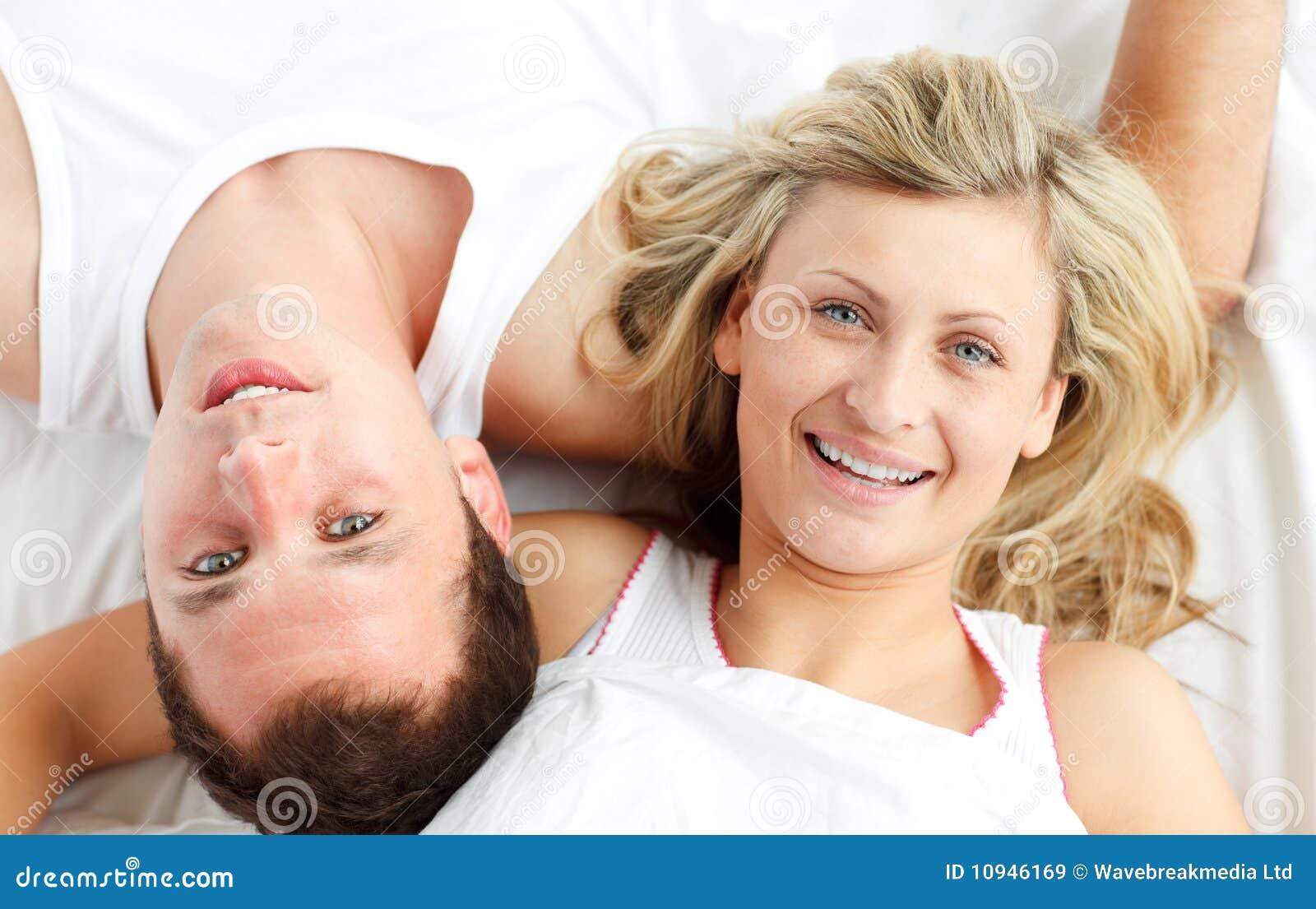 отдыхать пар кровати счастливый