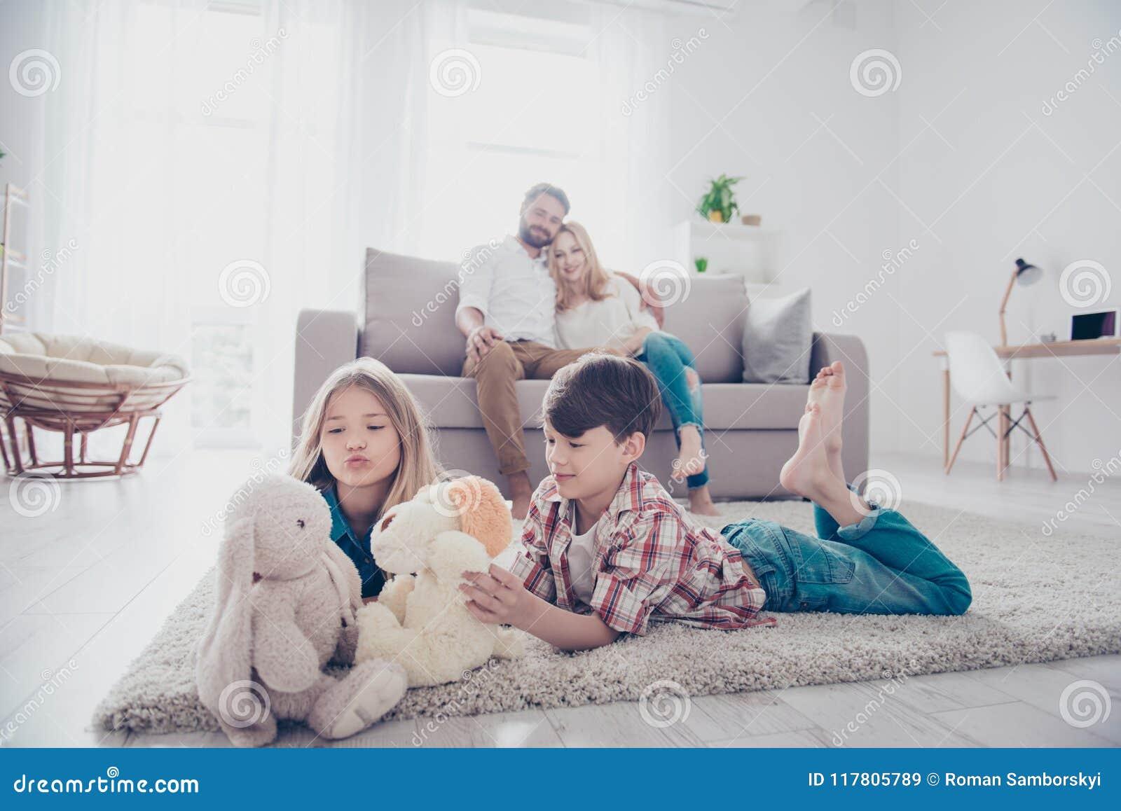 Отдых совместно Счастливая семья из четырех человек наслаждается дома, smal