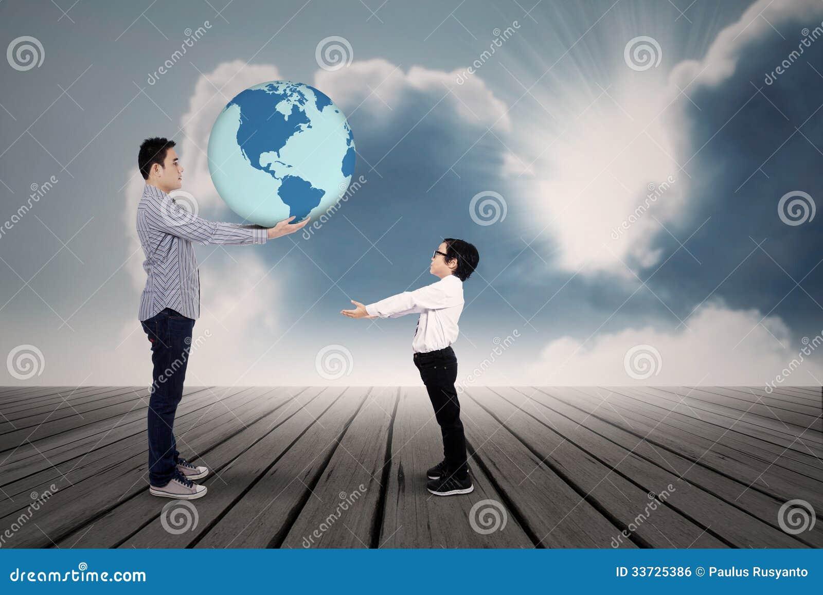 Отец давая землю к его сыну