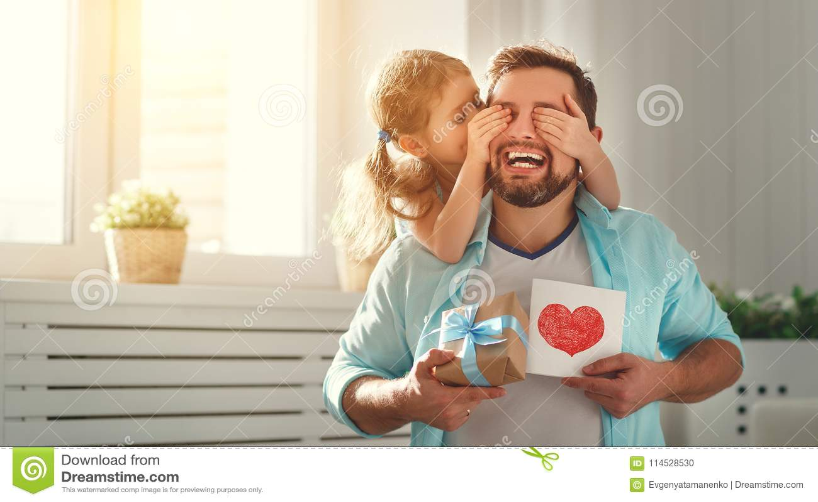 отец s дня Счастливая дочь семьи обнимая папы и смеха