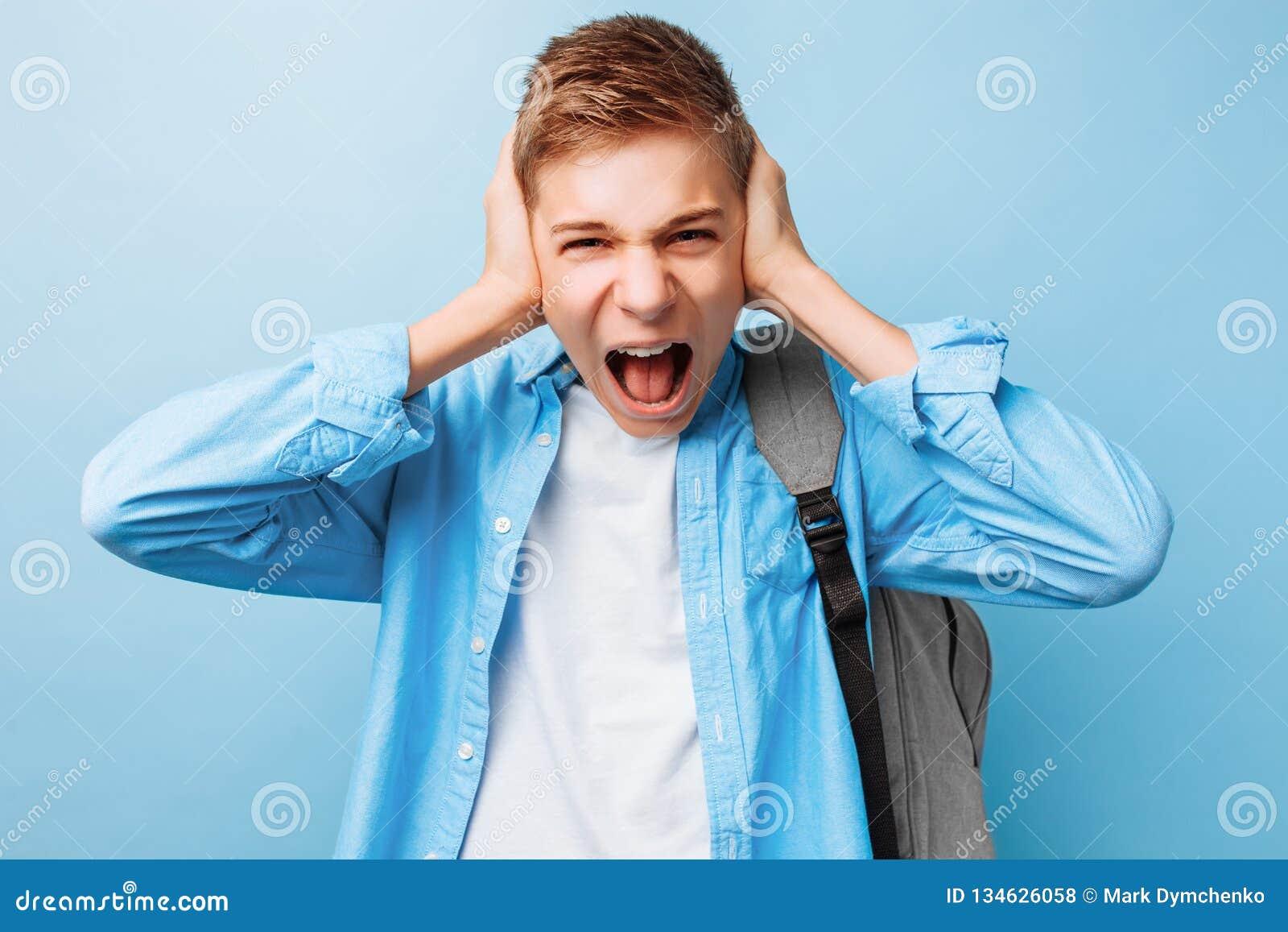 Профессиональный мужчина падает и кричит изображение_Фото номер ... | 1155x1600