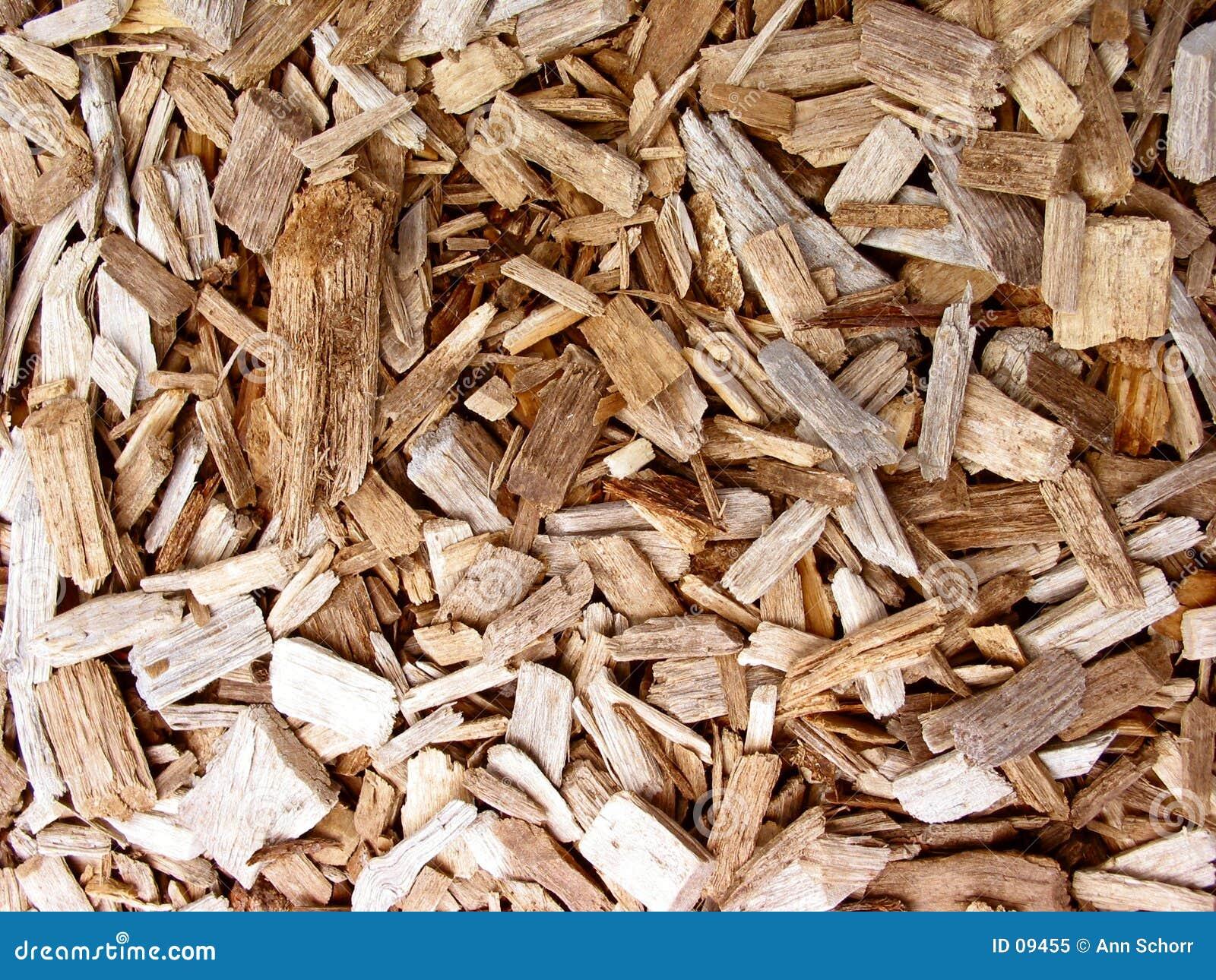 откалывает древесину
